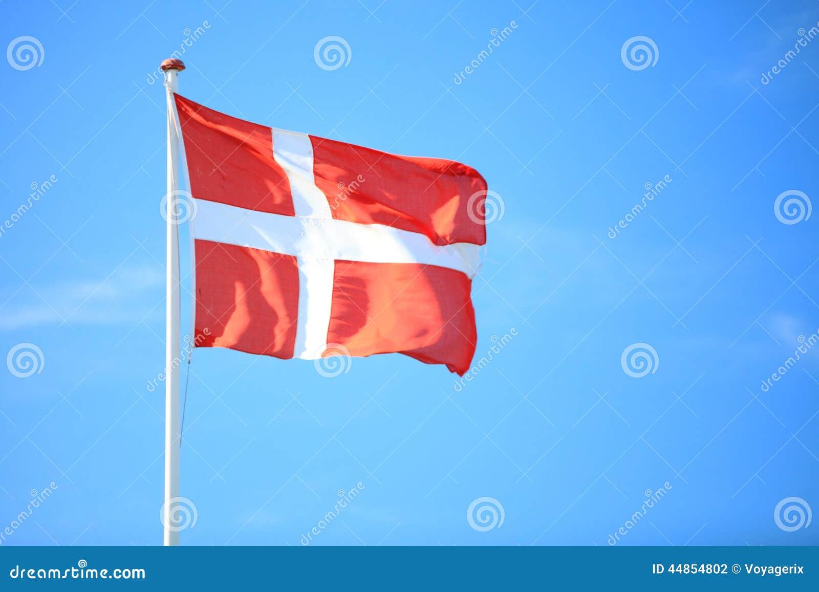Bandera danesa con el cielo azul en fondo