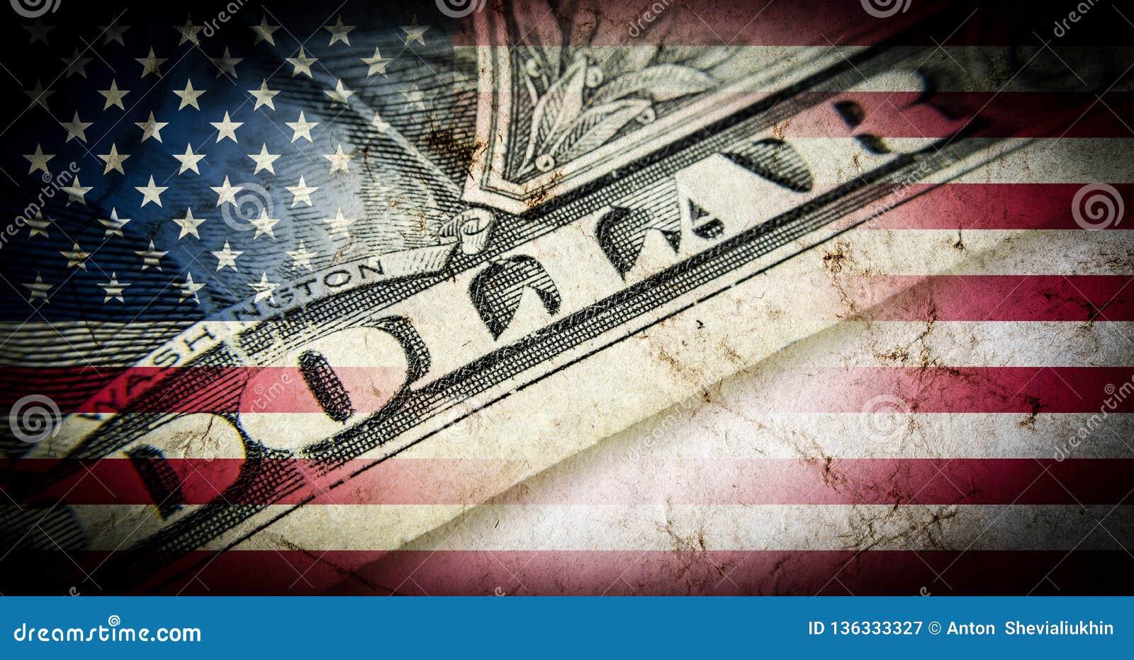 Bandera de América con el primer de la vieja textura del grunge y de cientos billetes de dólar