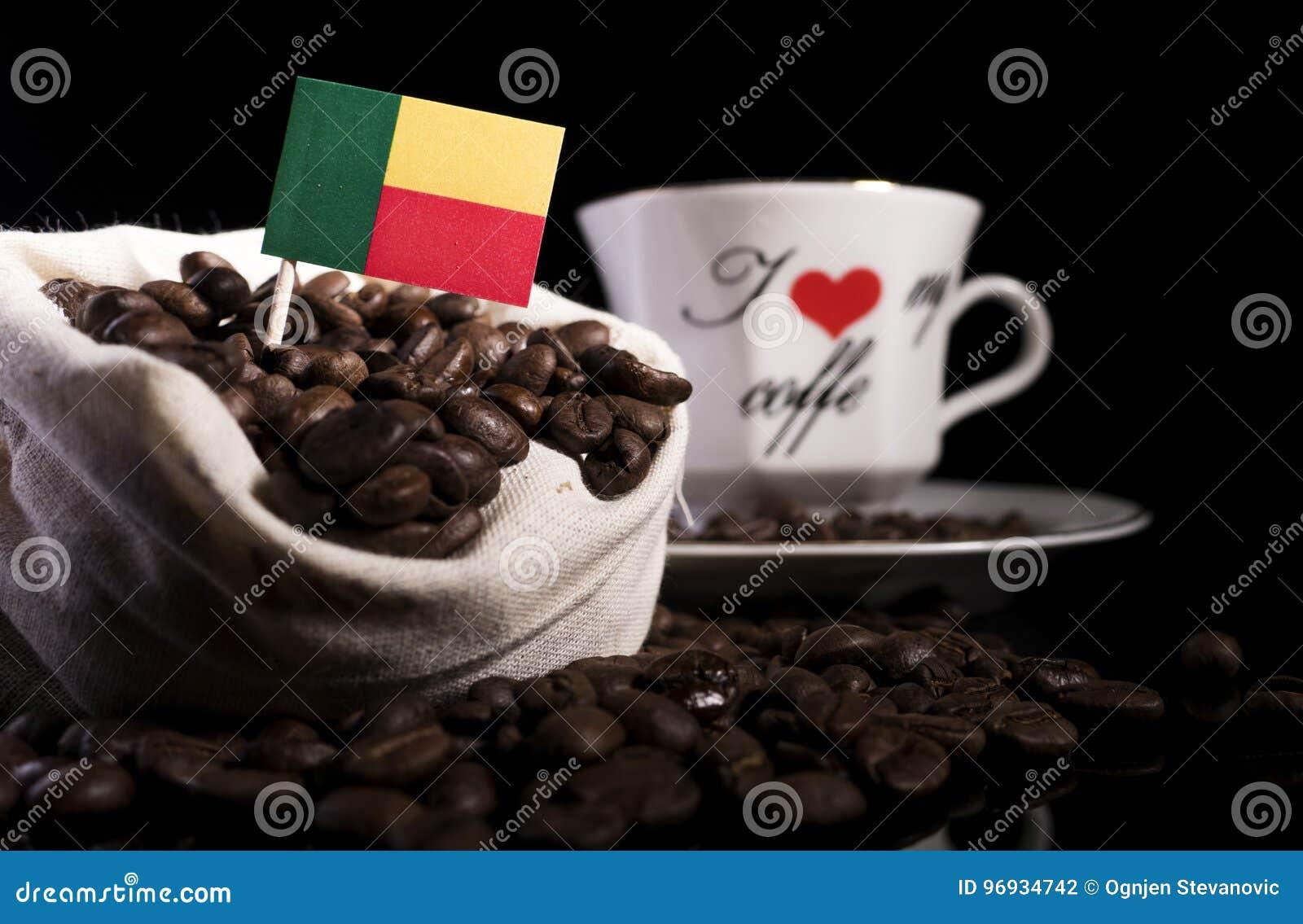 Bandera de Benin en un bolso con los granos de café aislados en negro