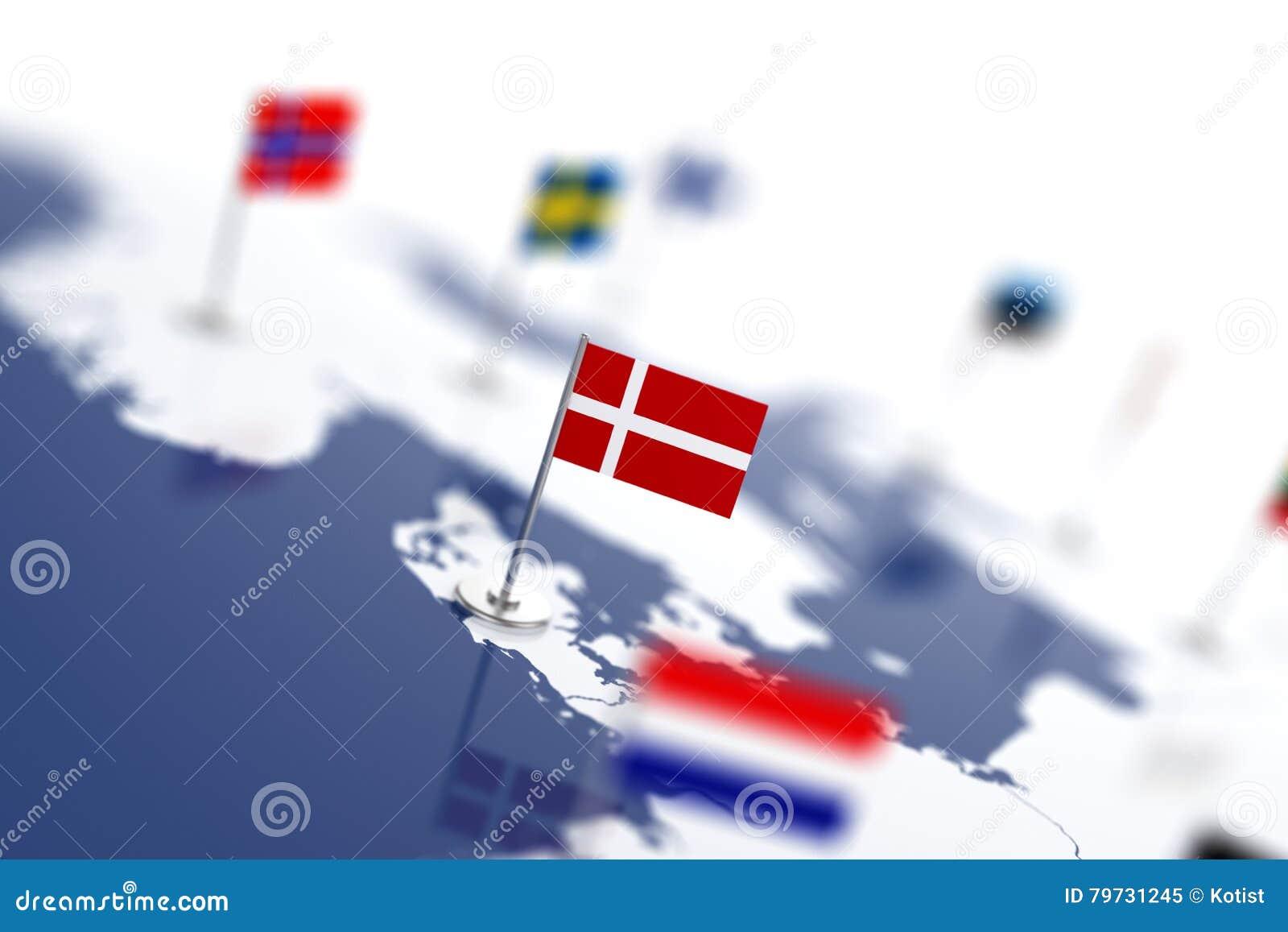 Bandera de Dinamarca en el foco Mapa de Europa con las banderas de países