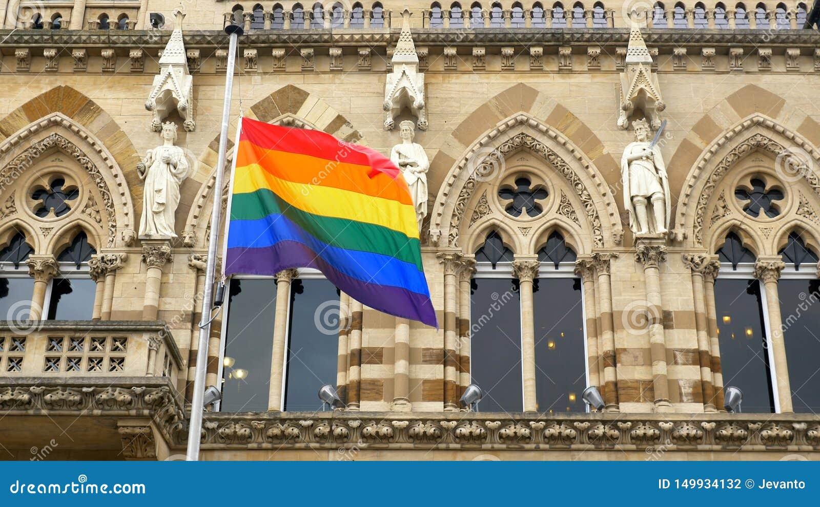 Bandera de LGBT sobre el edificio del consistorio de Northampton en Pride Festival Weekend en Reino Unido