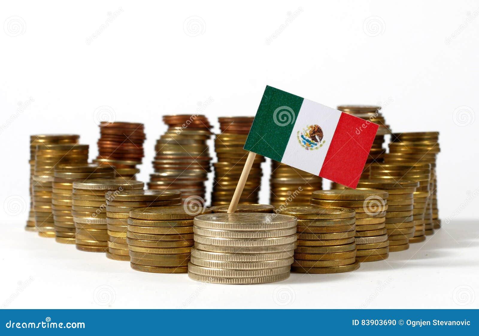 Bandera de México con la pila de monedas del dinero