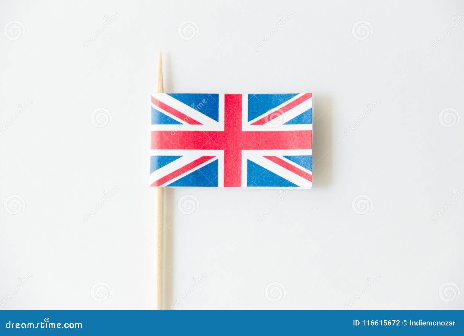 Bandera de papel BRITÁNICA de Inglaterra en el fondo blanco