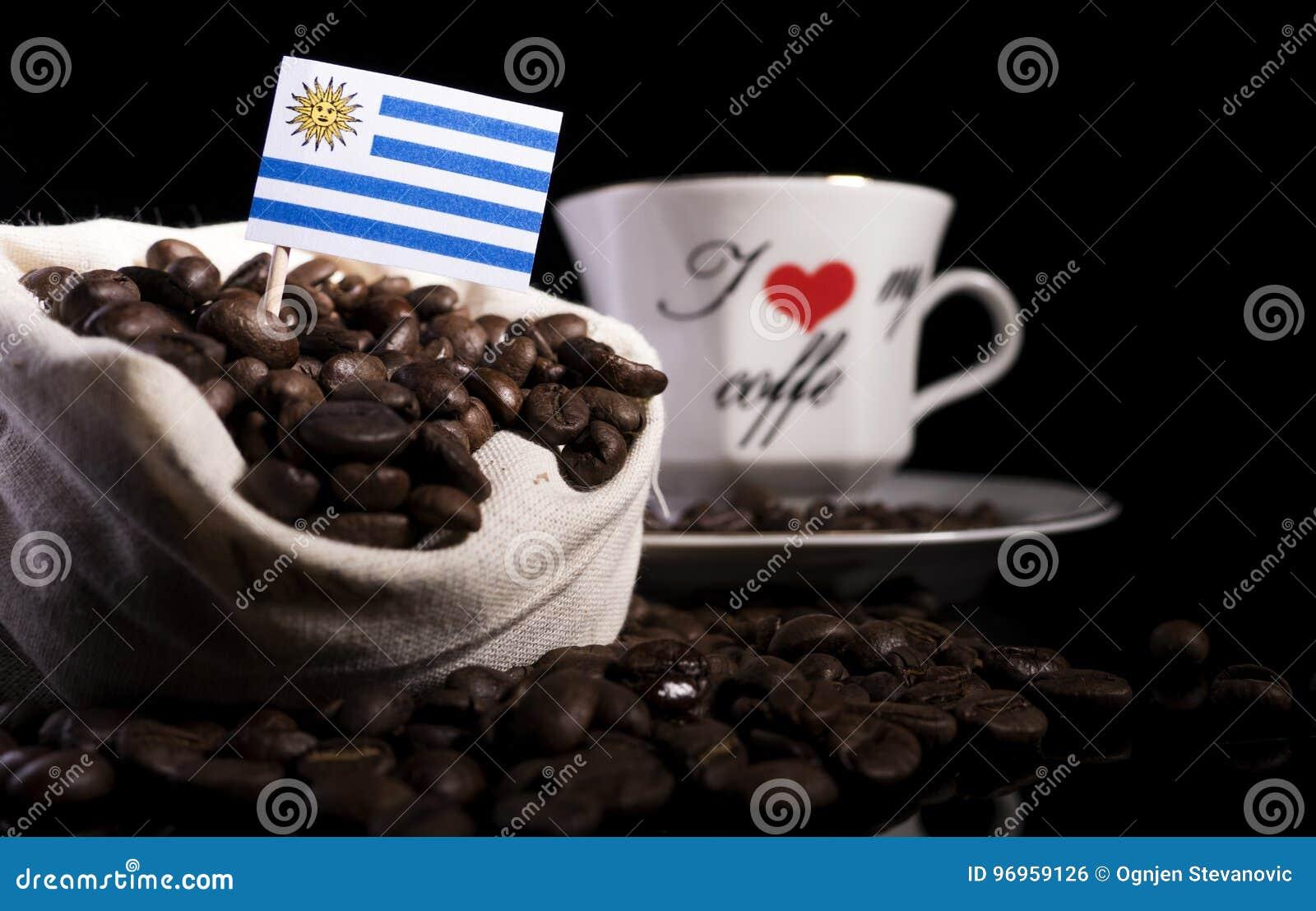 e53ee2aa0 Bandera De Uruguay En Un Bolso Con Los Granos De Café En Negro Foto ...