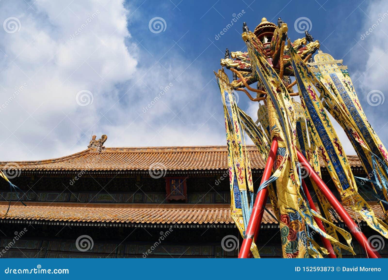 Bandera de Vietnam en el templo de Jade Mountain en el lago Hoan Kiem, Hanoi, Vietnam