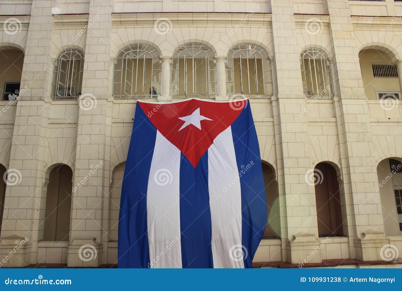 Bandera enorme de la ejecución de Cuba de la pared de un edificio