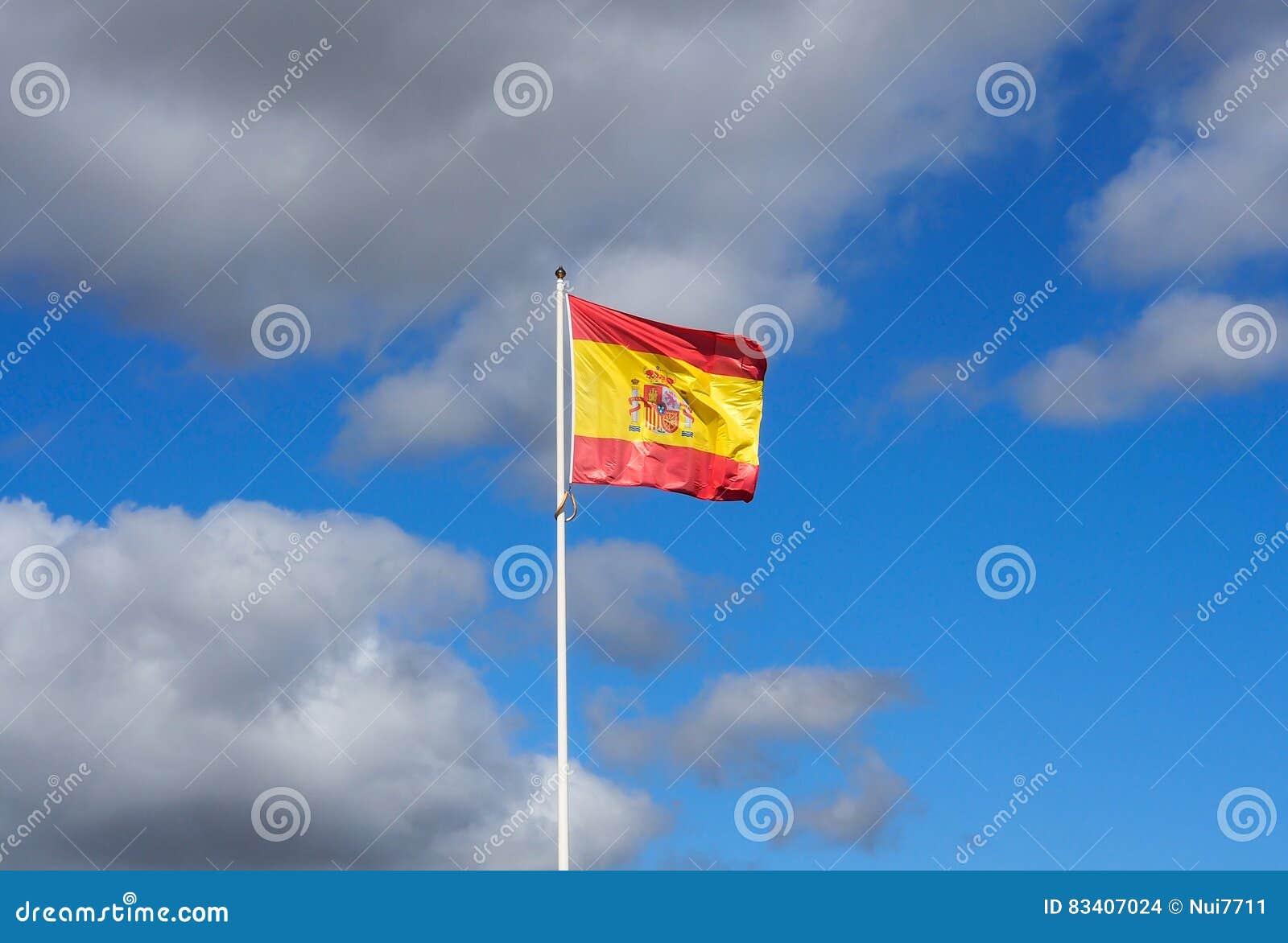 Bandera española con el cielo azul
