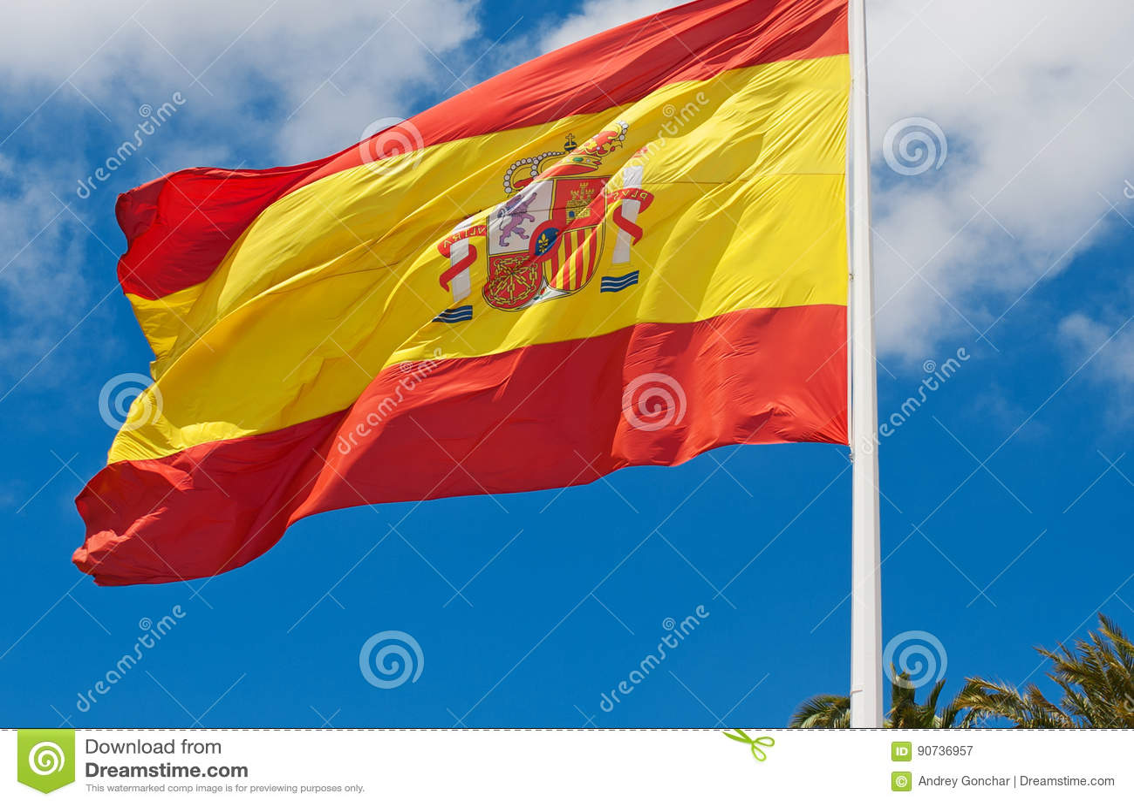 Bandera española contra el cielo azul