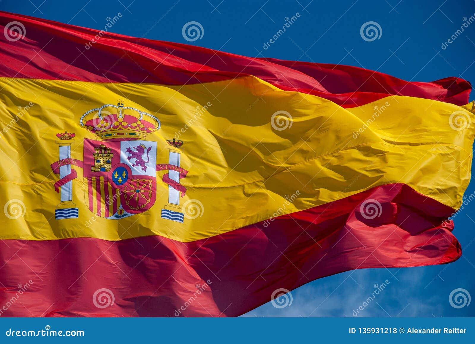 Bandera española del mismo tamaño que agita en viento