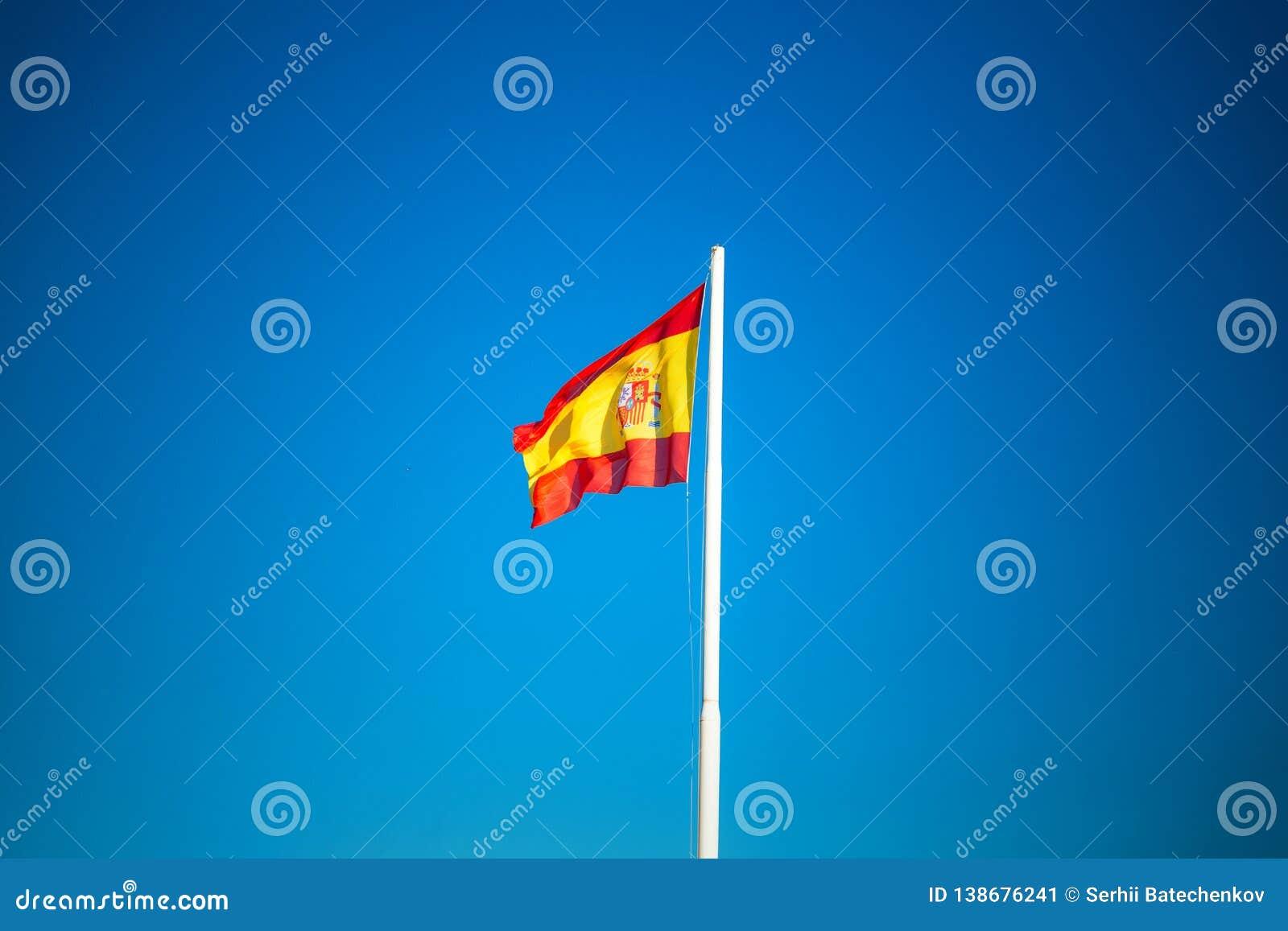 Bandera española en el cielo azul sin las nubes