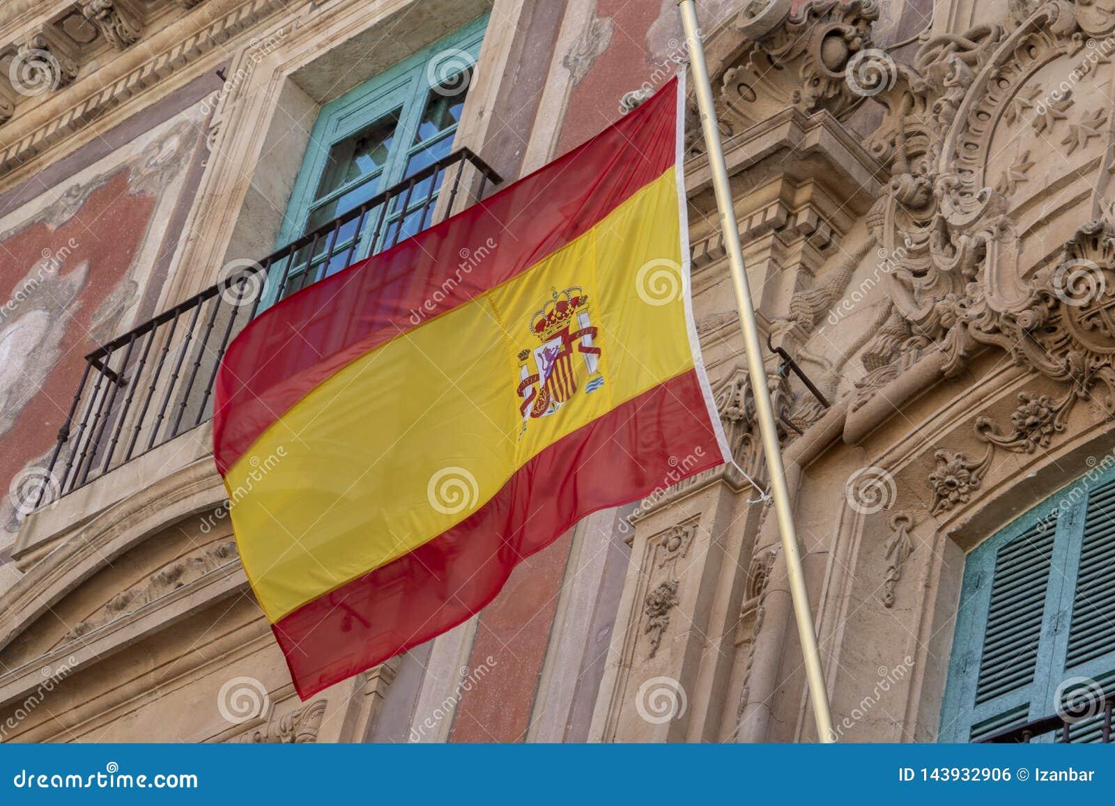 Bandera española que agita en el edificio