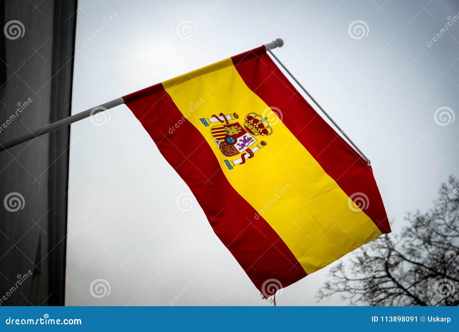 Bandera española que renuncia en el aire