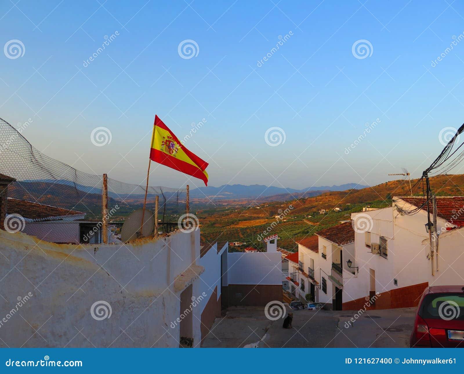 Bandera española que sopla en el viento