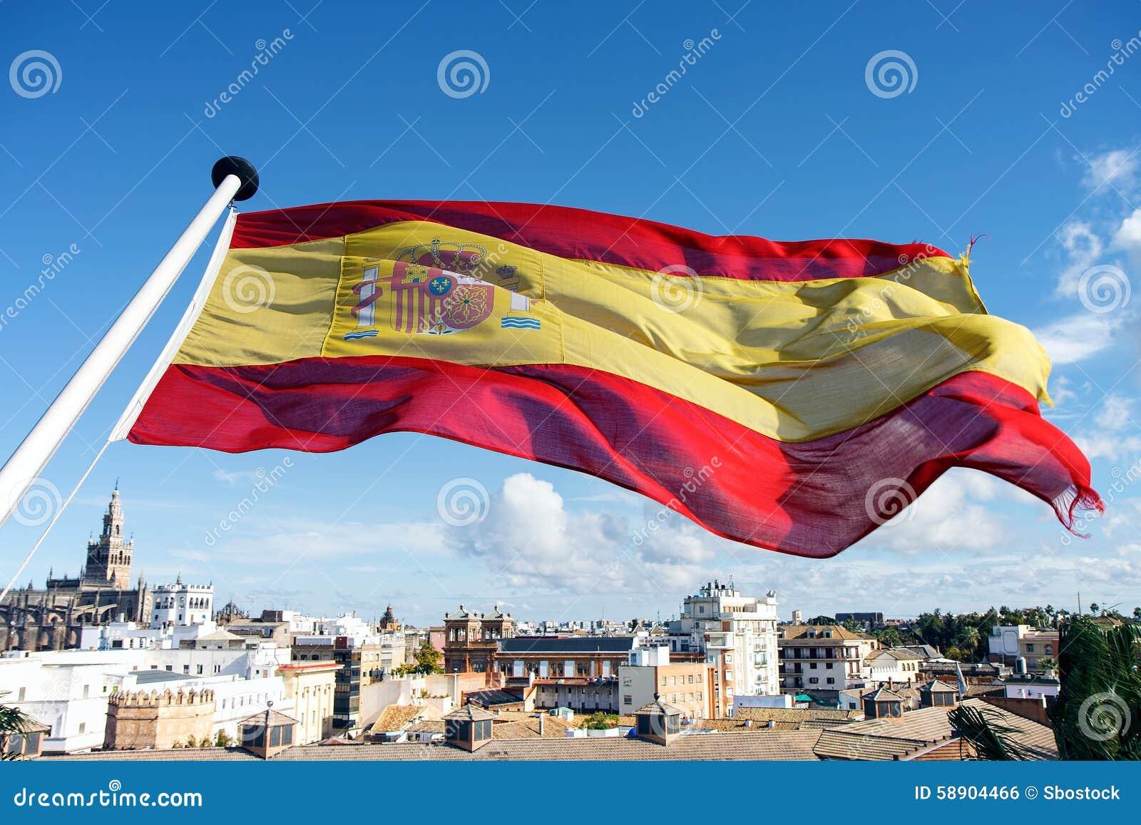 Bandera española que vuela sobre la ciudad de Sevilla