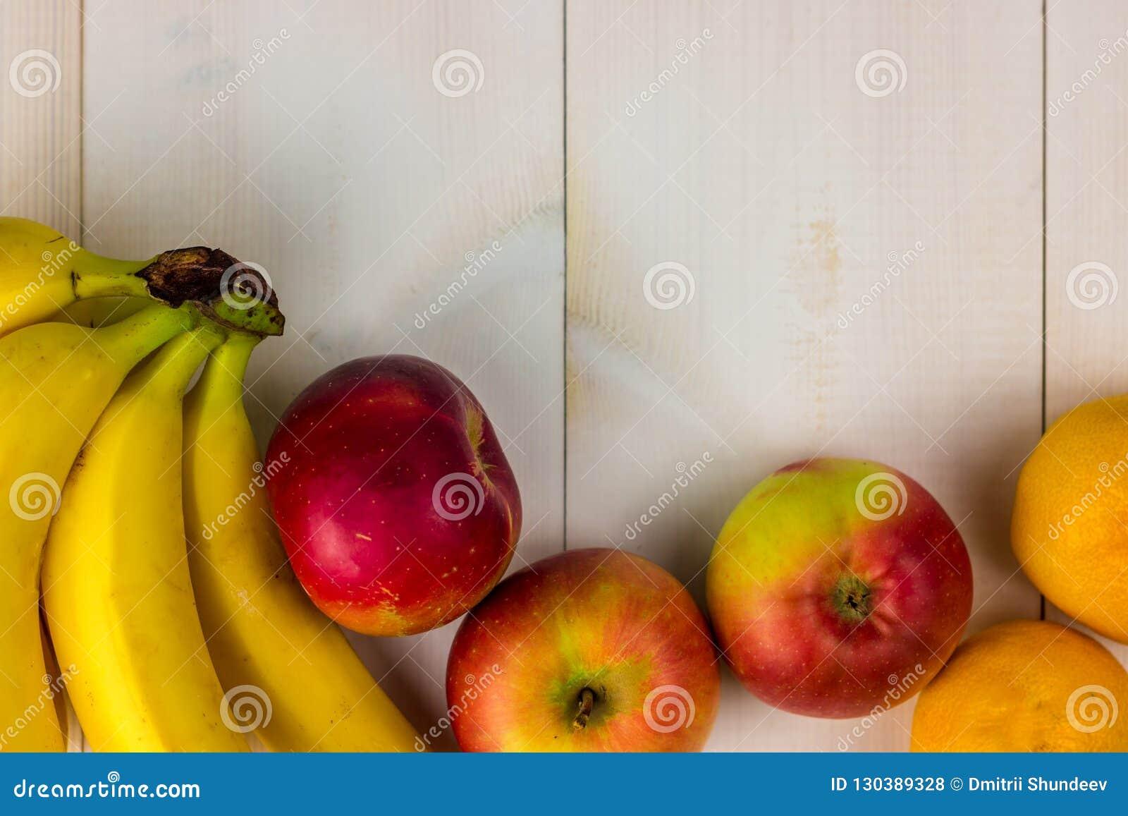 BANDERA, frutas coloridas en la tabla de madera blanca, plátanos, carambola, mango, papaya, mandarín, rambutan, Pamela, copia del
