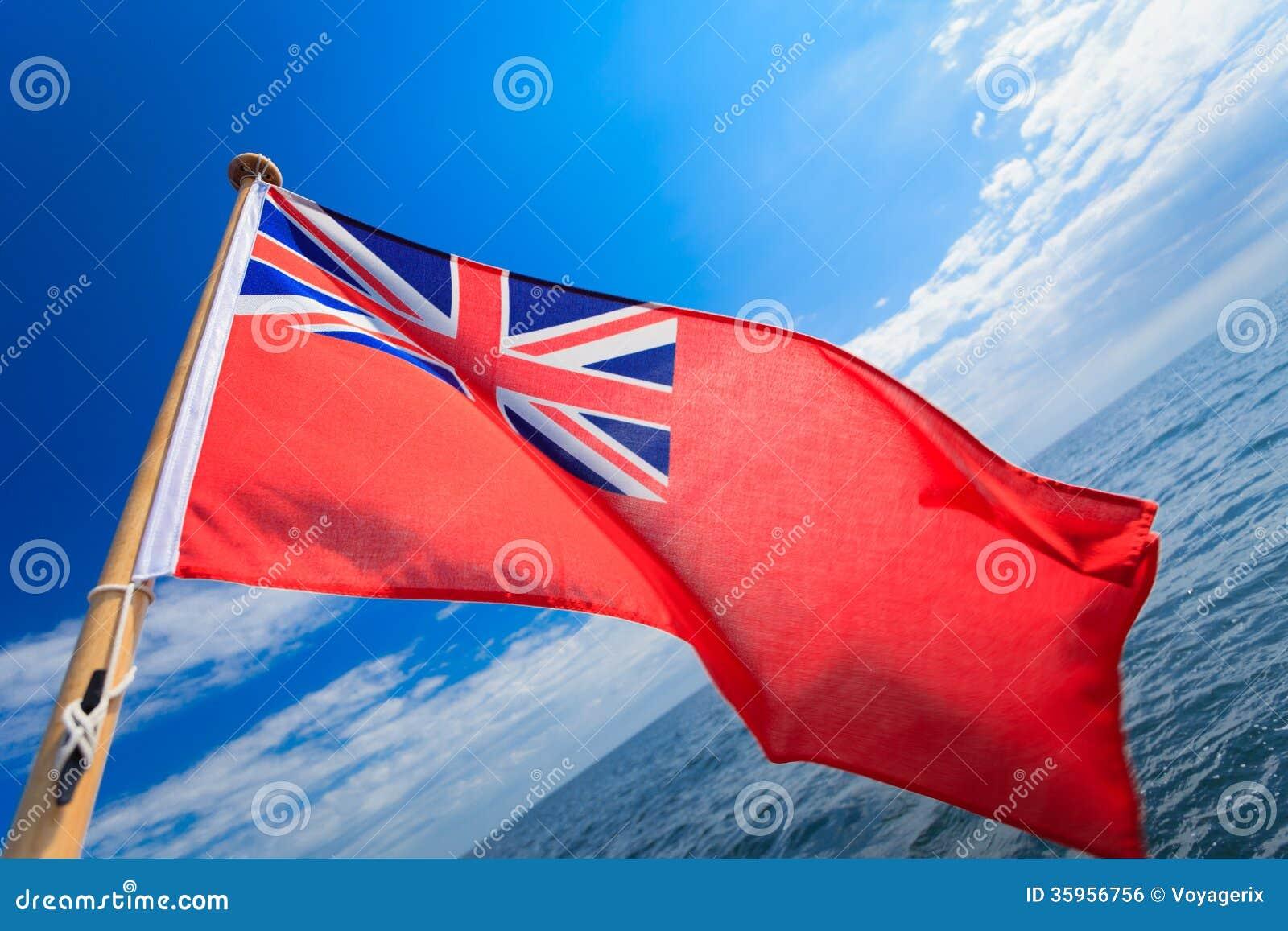 Bandera marítima británica de la bandera BRITÁNICA del mar del cielo azul del velero del yate. Navegación.