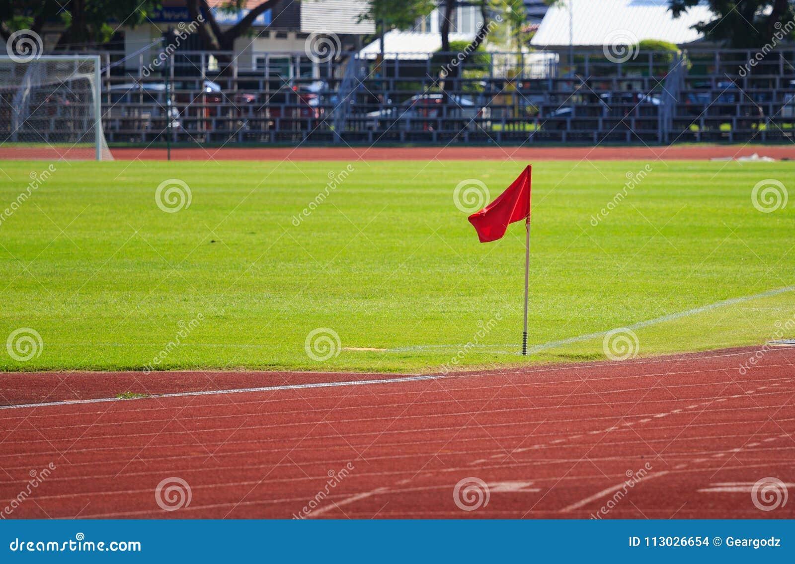 Bandera roja en la esquina del campo de fútbol