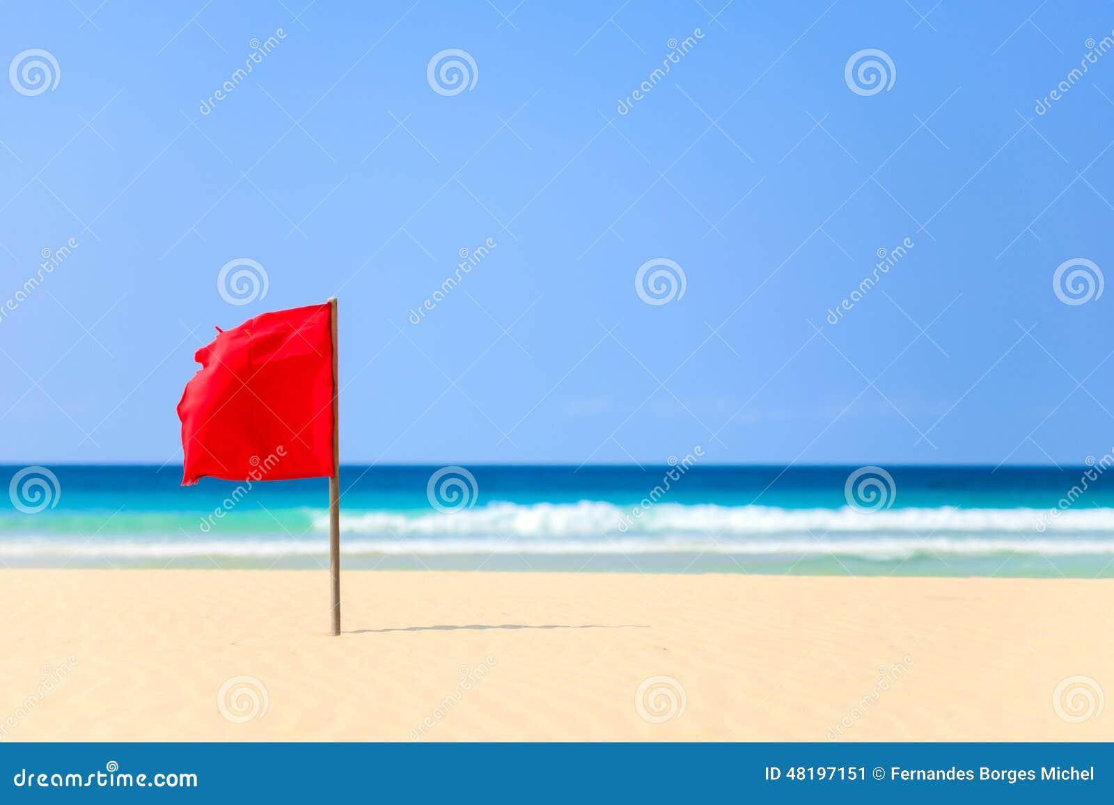 Bandera roja en la playa en Boavista, Cabo Verde - Cabo Verde