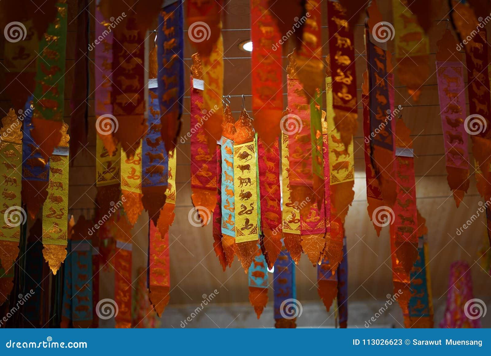 Bandera septentrional tradicional de Tung Thaiand, bandera vertical de 12 zodiacos, adornada en un templo budista