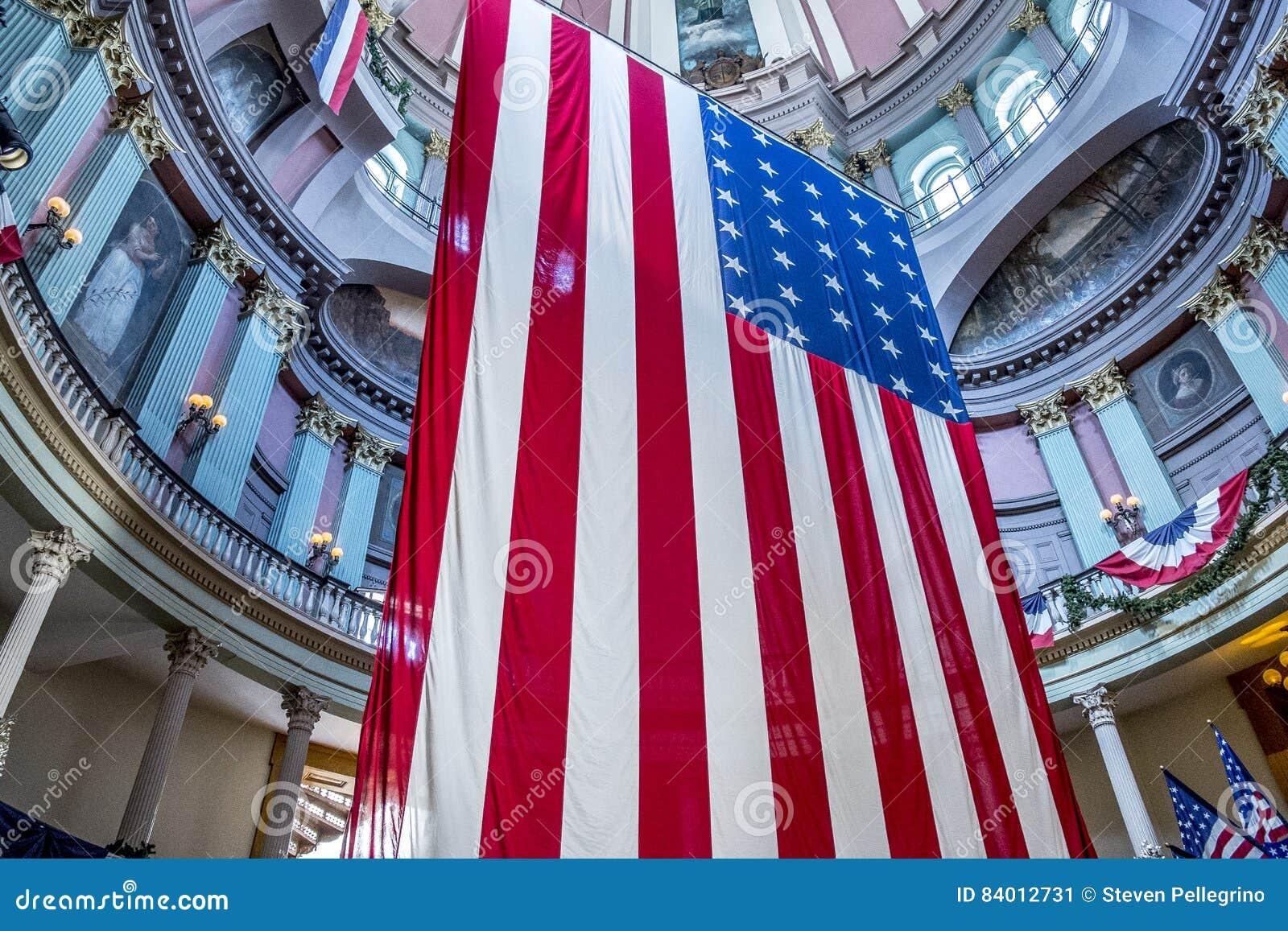Banderas americanas en el tribunal viejo en St. Louis céntrico