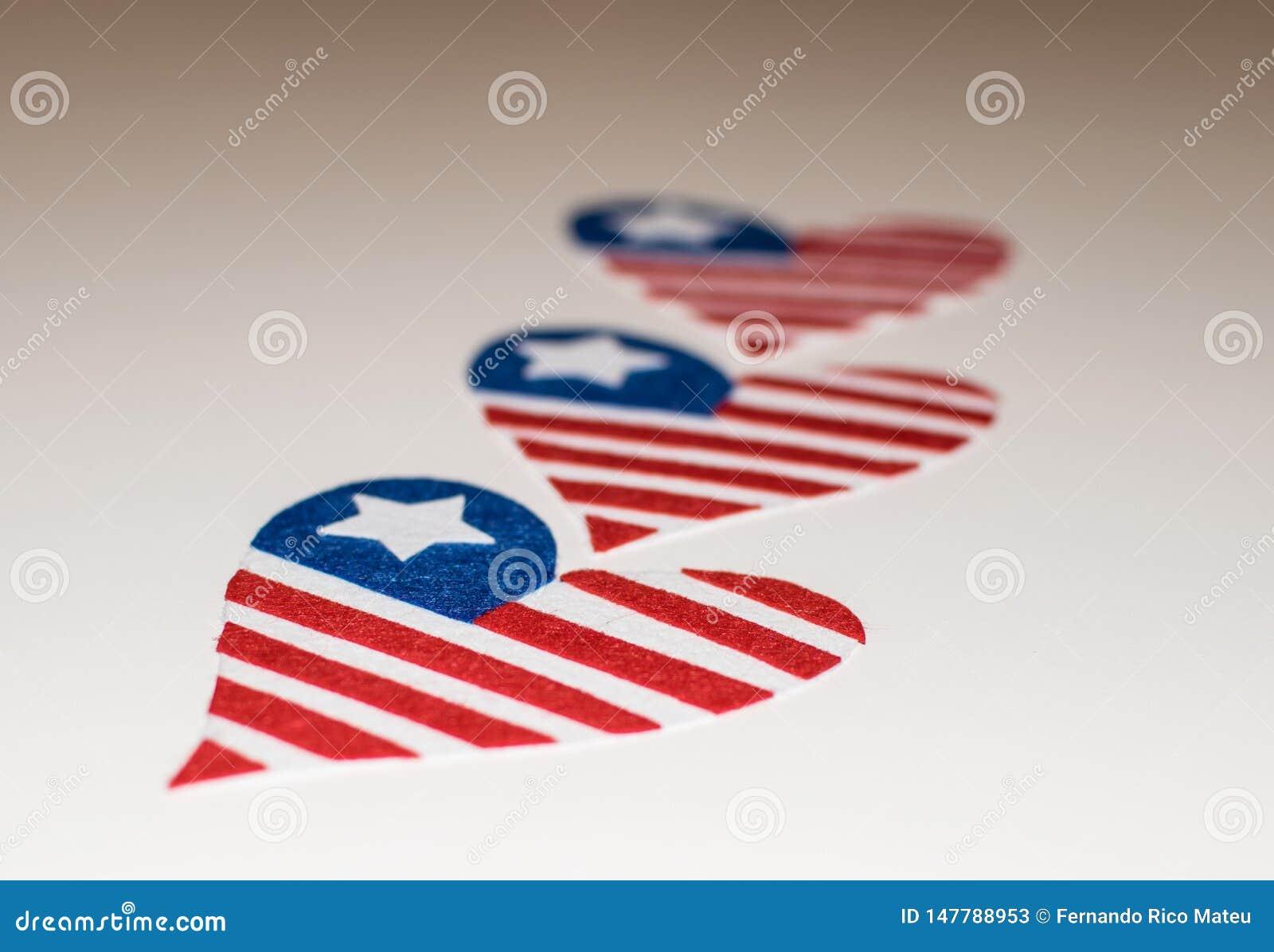 Banderas americanas en forma de coraz?n Icono del amor de las banderas americanas In memoriam del 4 de julio con las banderas pat