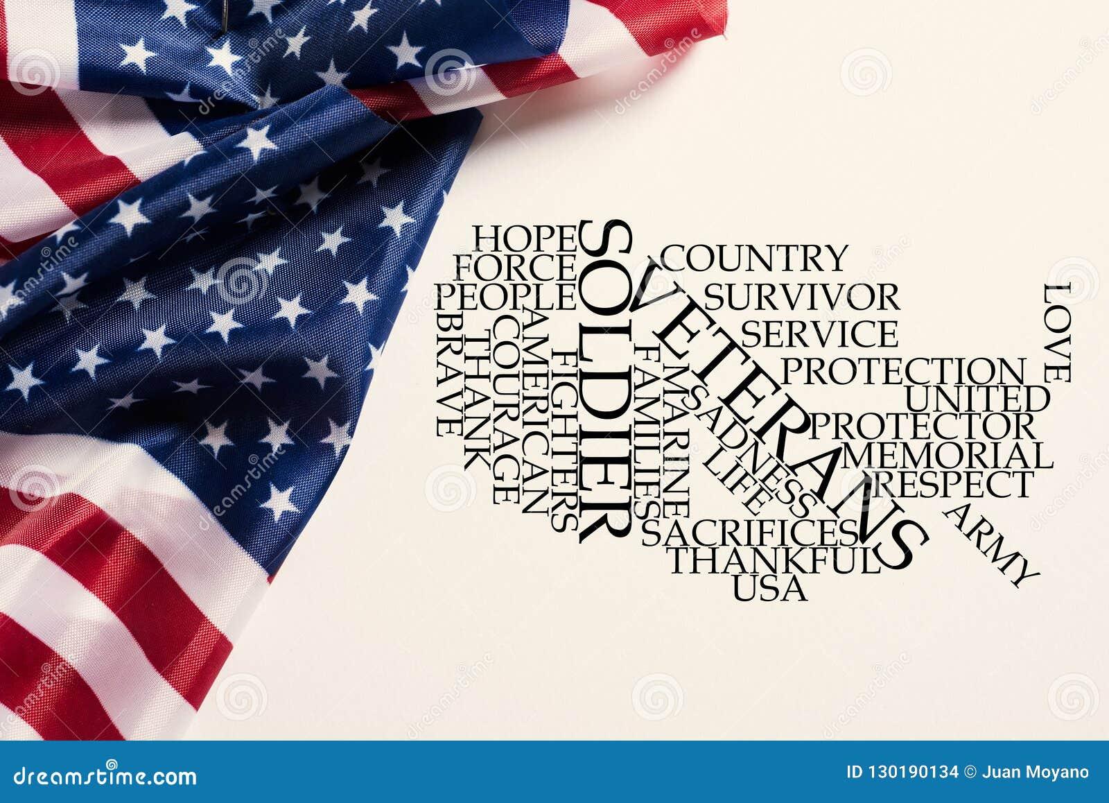Banderas americanas y nube de la etiqueta que honra a los veteranos