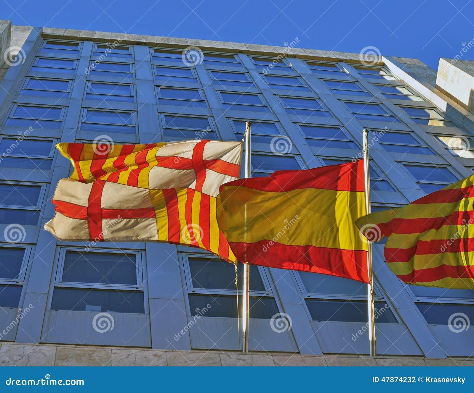 Banderas De La Ciudad De Cataluna Y De Espana De Barcelona Foto De