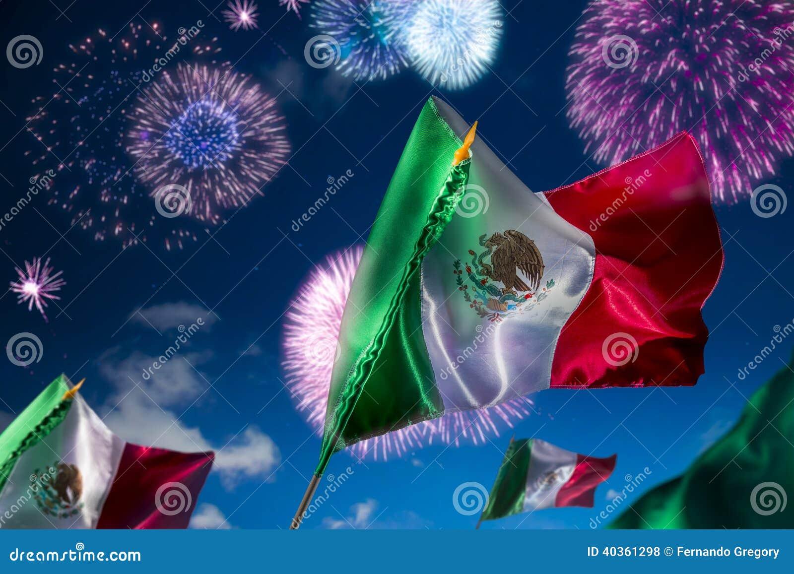 Banderas mexicanas con los fuegos artificiales, Día de la Independencia, ce de Mayo del cinco