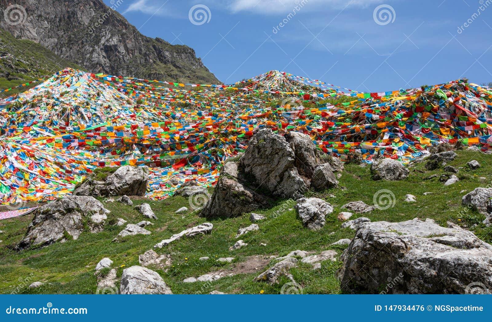 Banderas tibetanas del rezo en el mountian