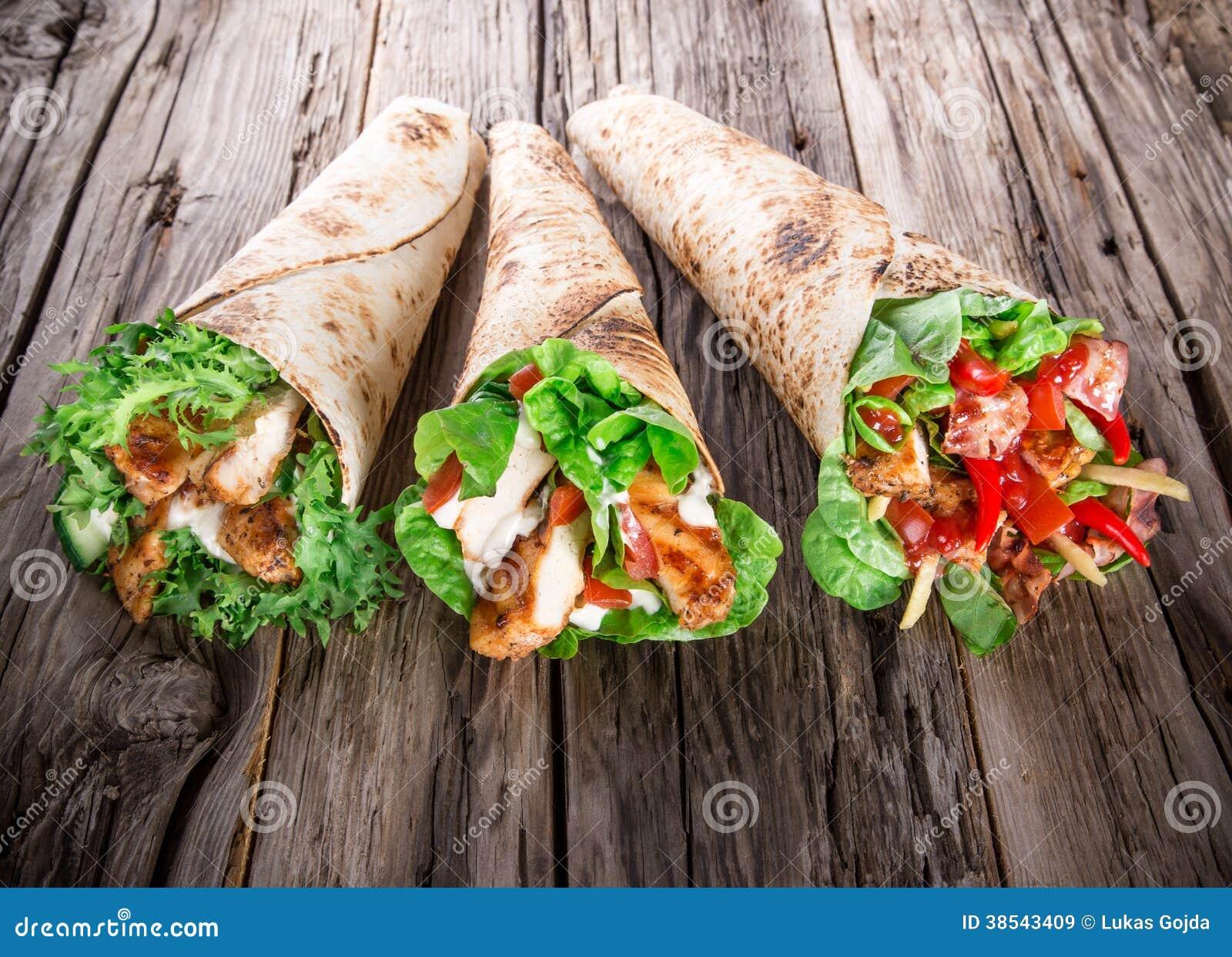 Bandes de poulet dans des enveloppes de tortilla