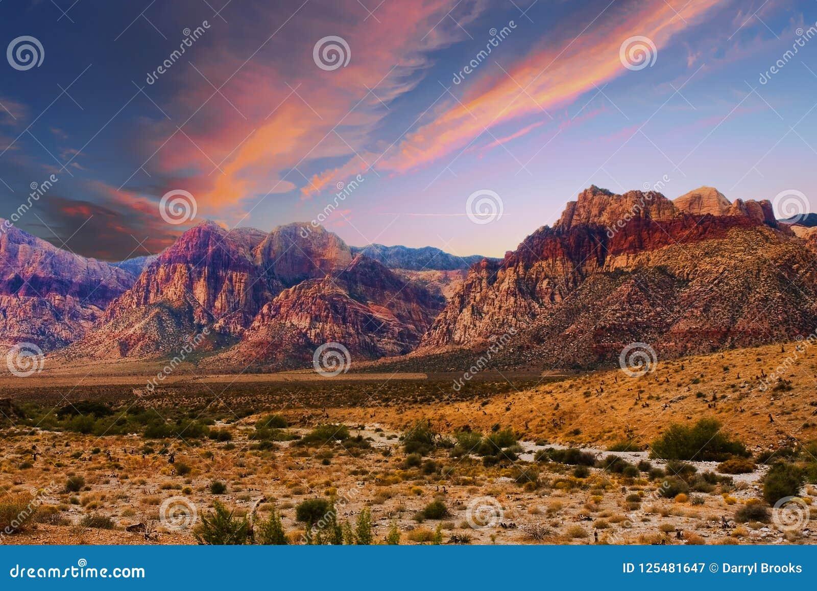 Bandes des montagnes colorées en gorge rouge de roche