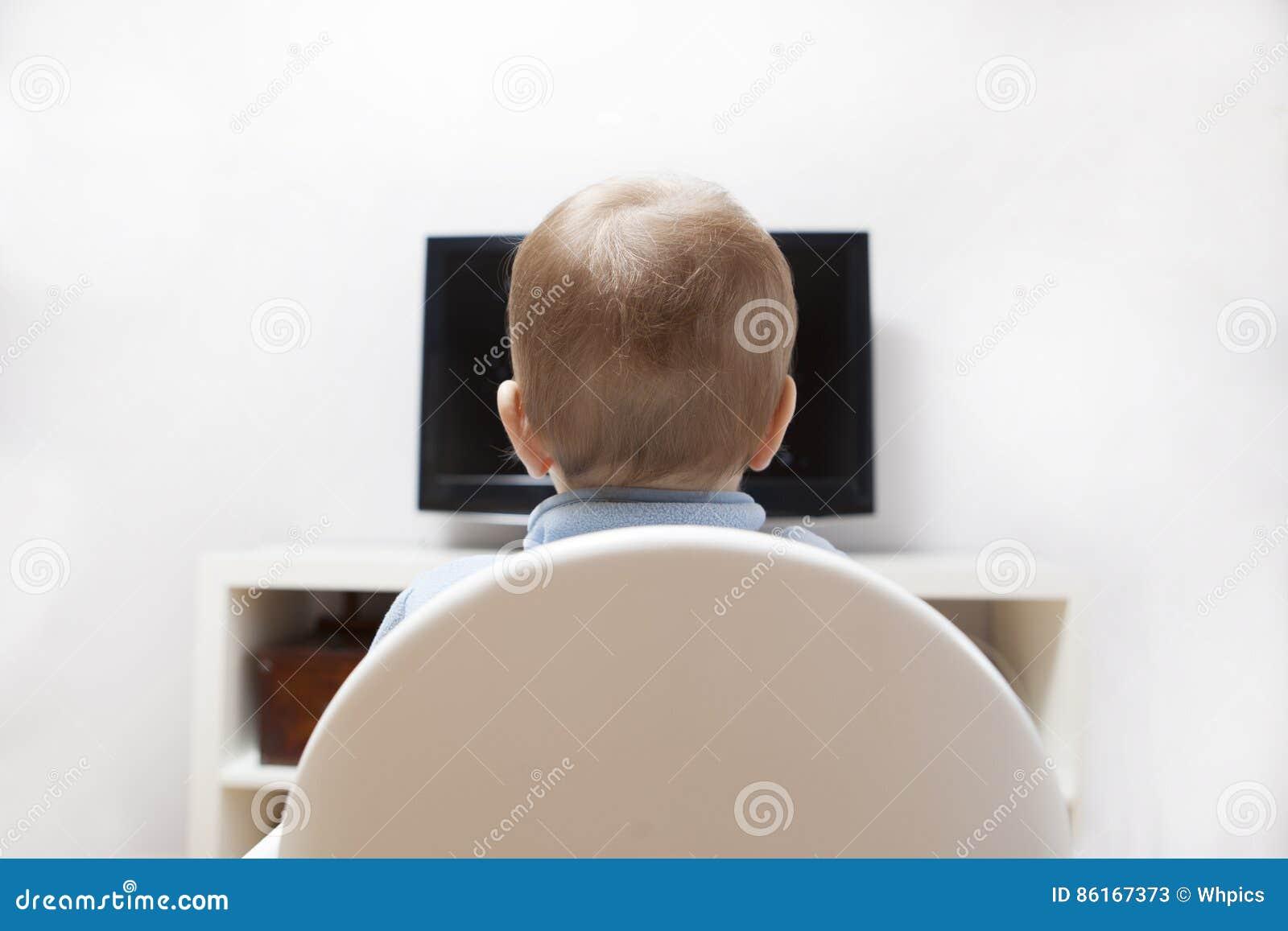 Bandes dessinées de observation de bébé garçon à la TV