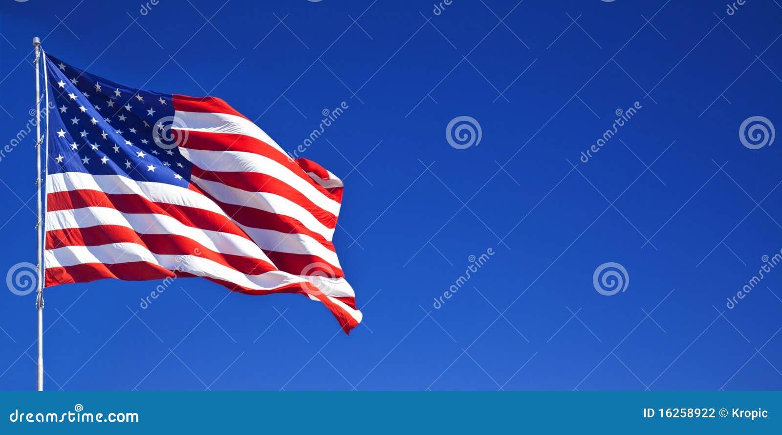 Bandiera americana che fluttua in cielo blu 1