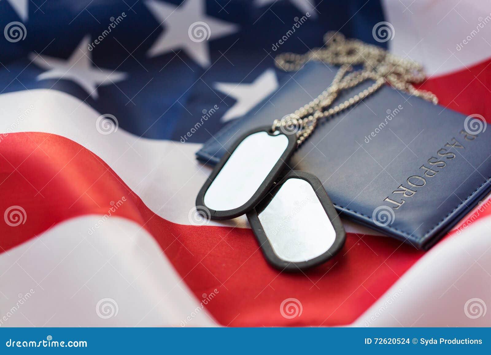 Bandiera americana, passaporto e distintivo militare