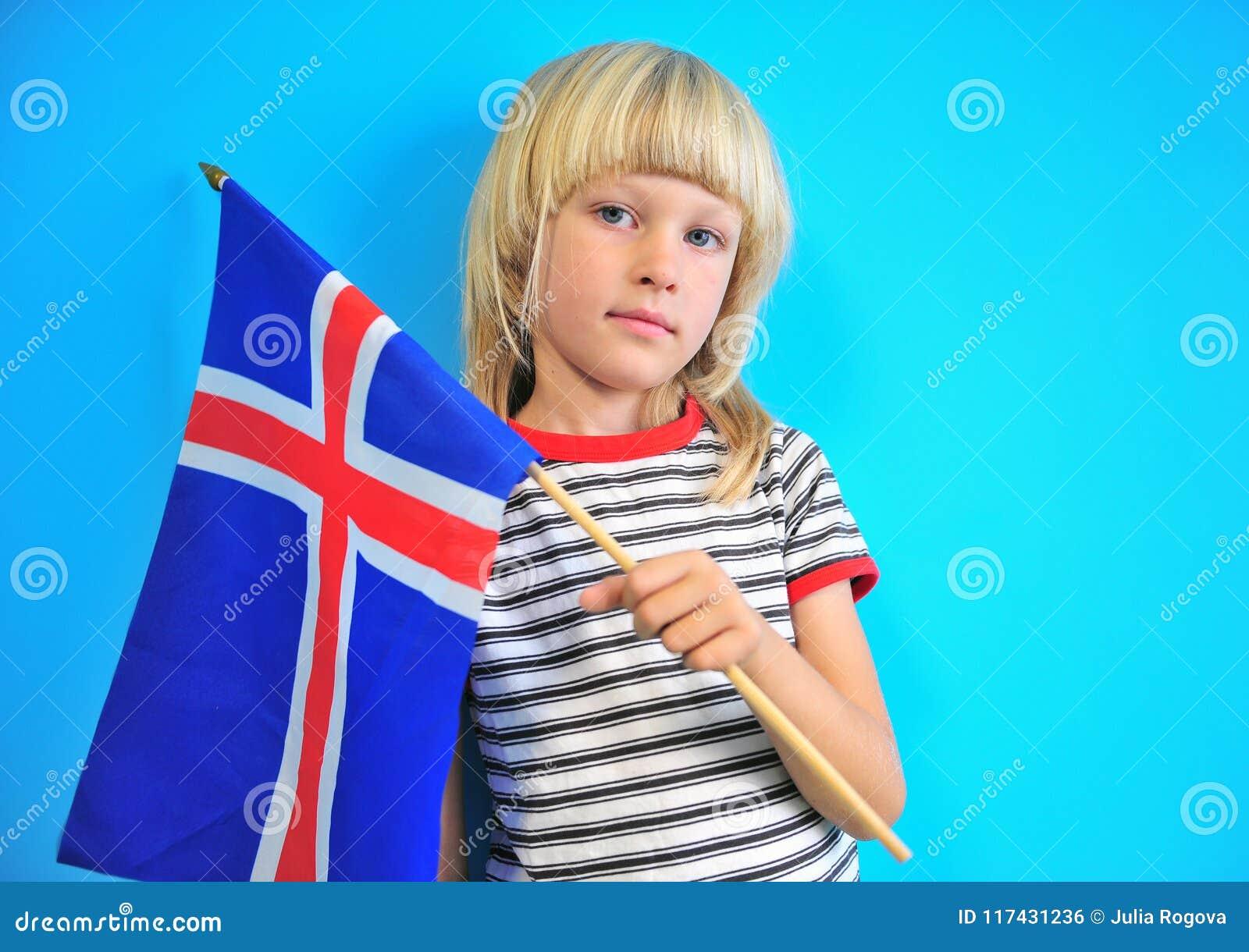 Bandiera bionda sveglia della tenuta del ragazzo dell Islanda