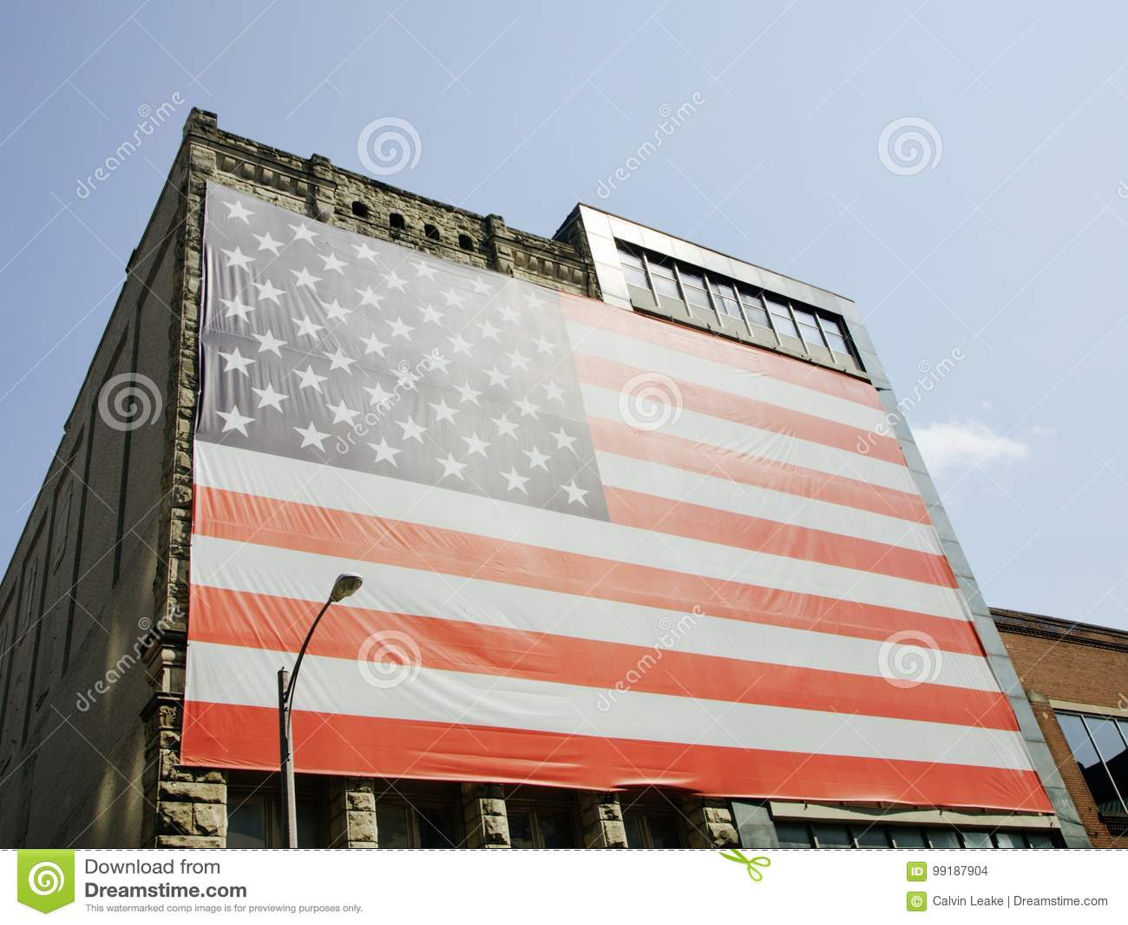 Bandiera degli Stati Uniti dell America surdimensionata su una costruzione