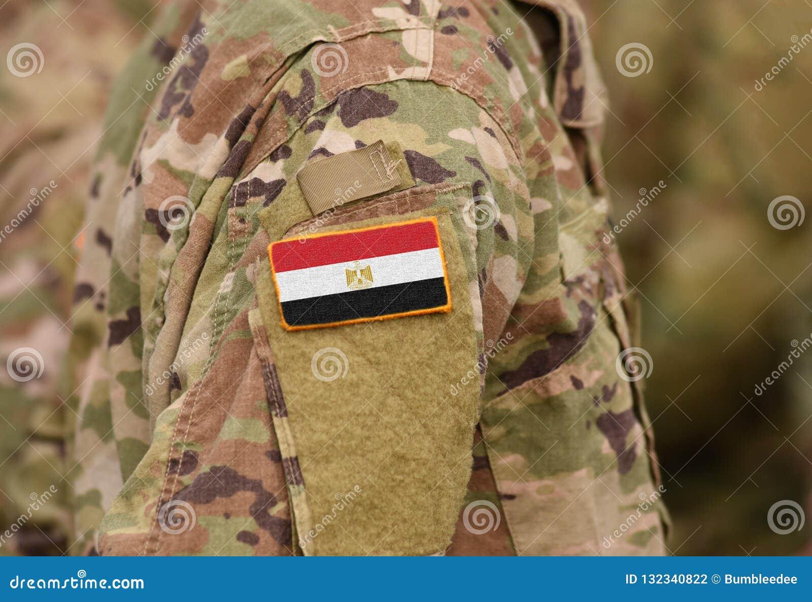Bandiera dell Egitto sul collage del braccio dei soldati