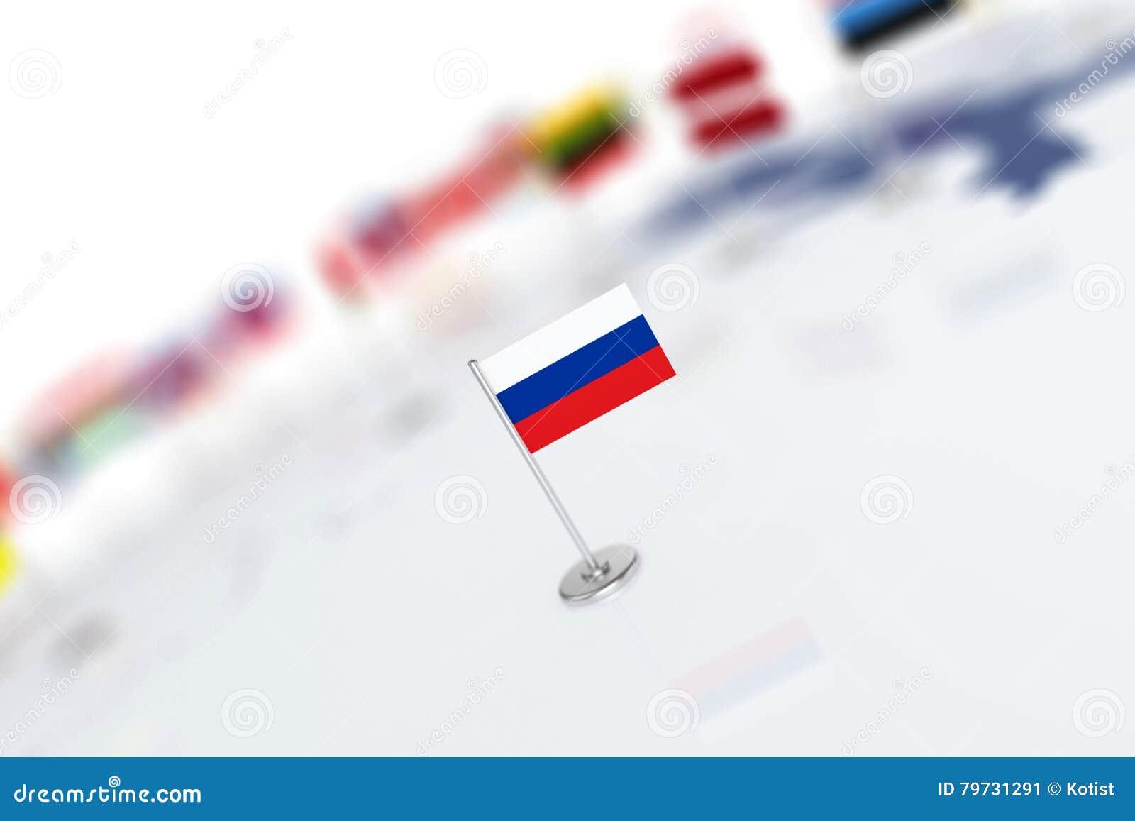 Bandiera della Russia nel fuoco Mappa di Europa con le bandiere di paesi