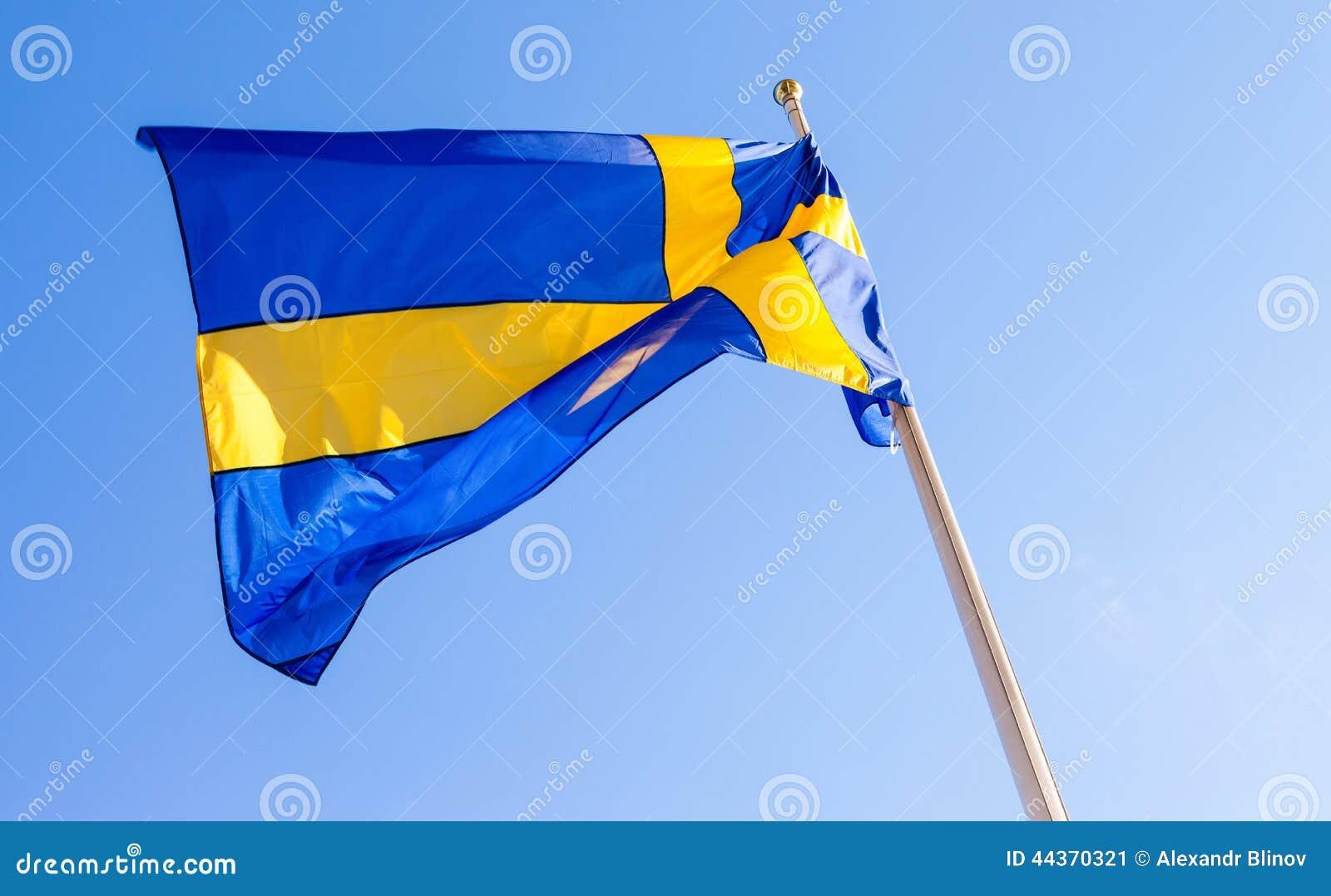 Bandiera della Svezia che ondeggia contro il cielo