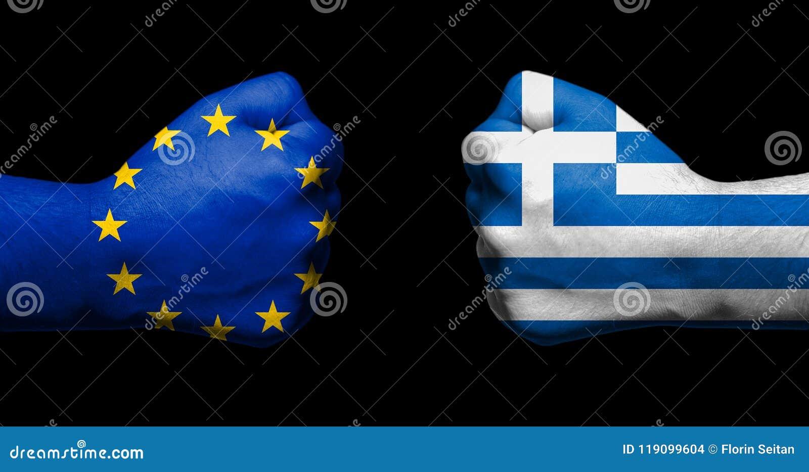 Bandiera di Unione Europea e della Grecia dipinte su due pugni chiusi