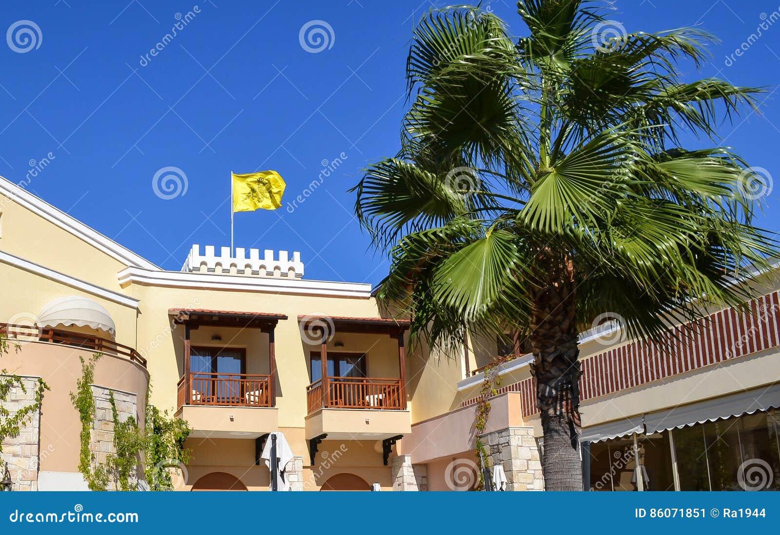 Bandiera gialla bizantino sopra la costruzione in Grecia