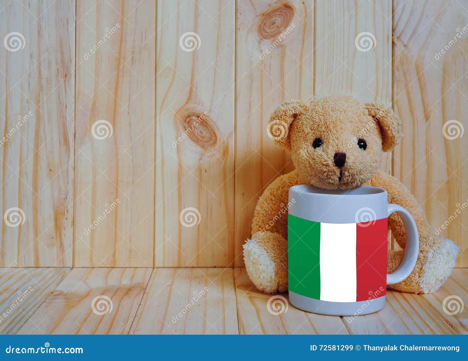 Bandiera italiana su una tazza di caffè con l orsacchiotto ed il fondo di legno