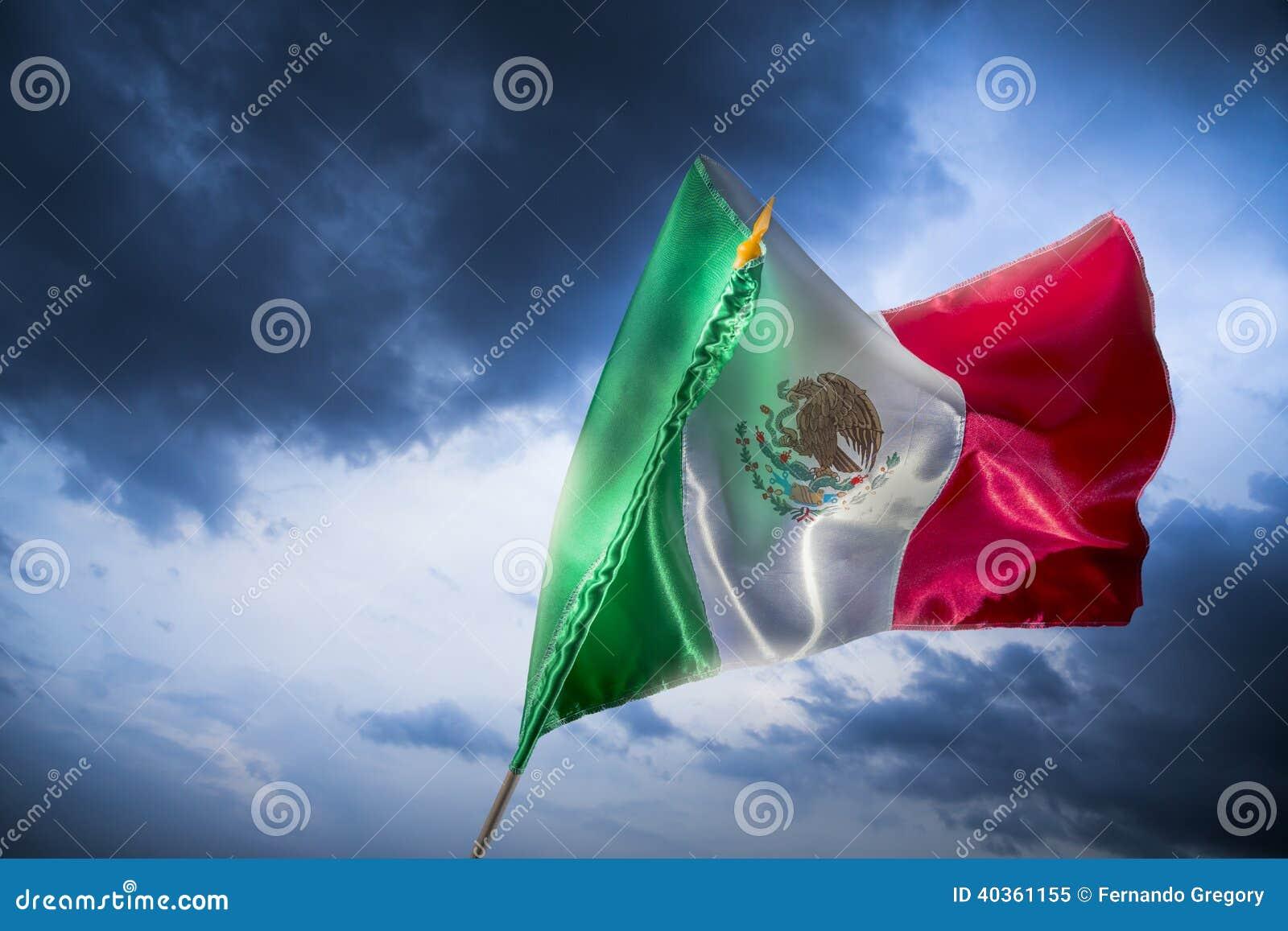 Bandiera messicana contro un cielo luminoso, festa dell indipendenza, cinco de ma