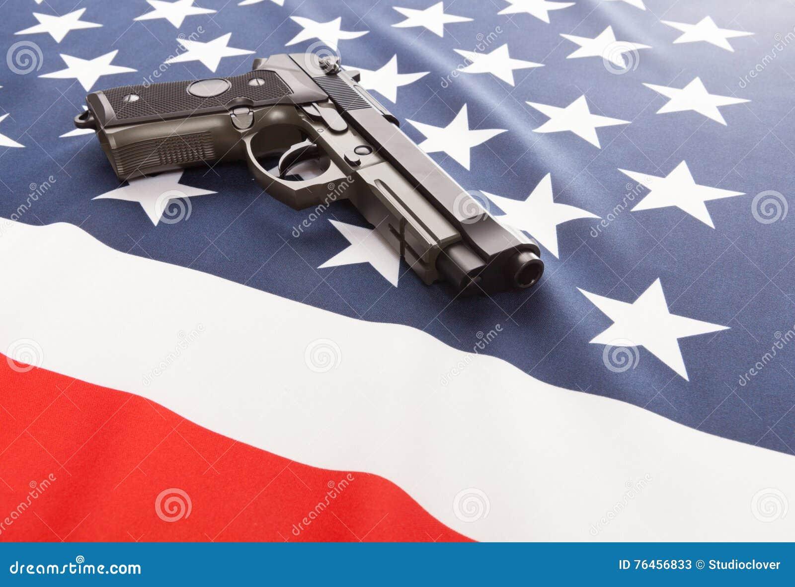 Bandiera nazionale con la pistola della mano sopra serie - Stati Uniti