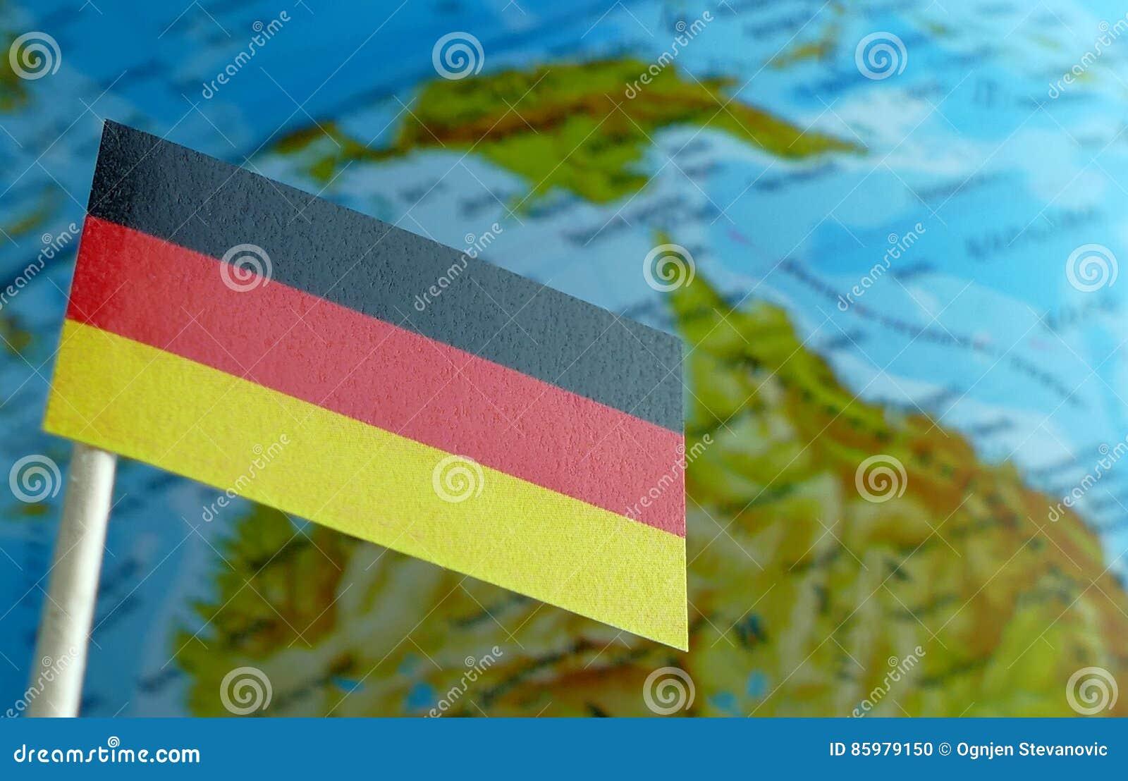 Bandiera tedesca con una mappa del globo come fondo