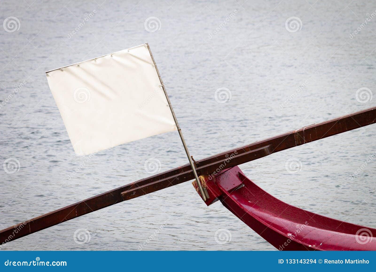 Bandiera vuota bianca sulla prua della barca