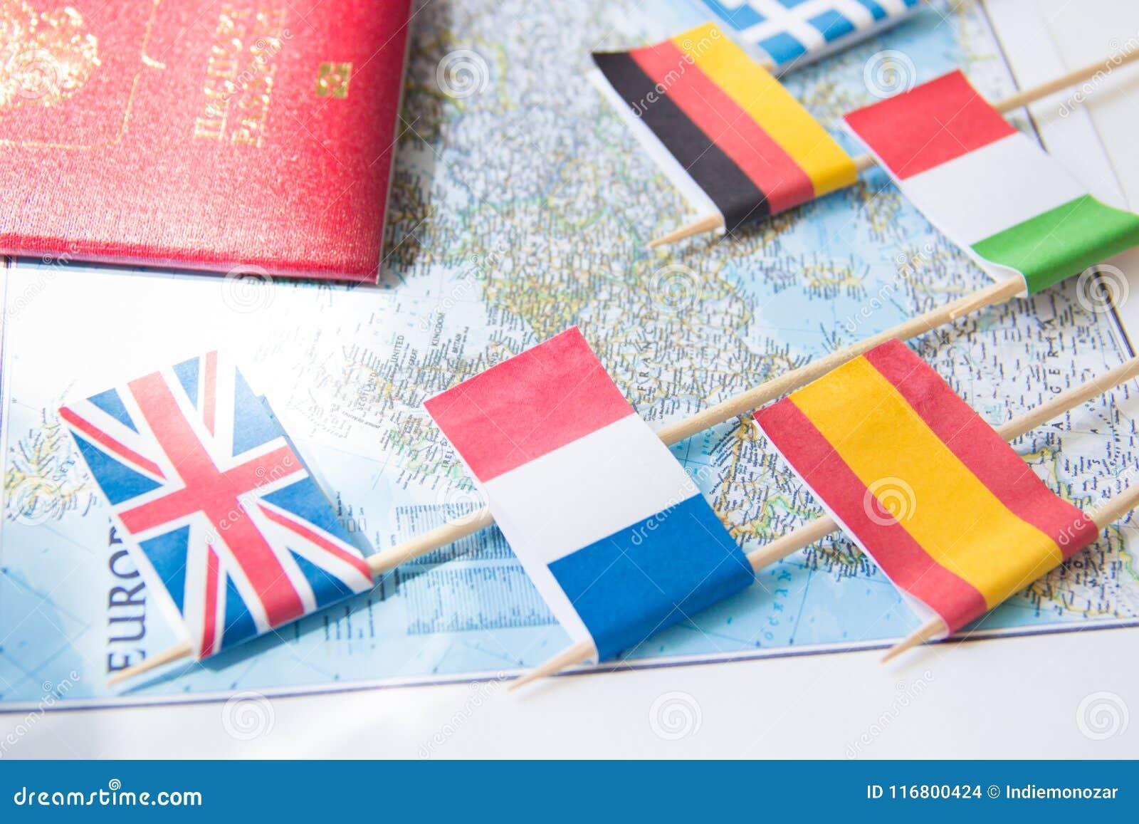 Bandiere colorate dei paesi europei su una mappa: La Francia, Italia, Inghilterra Regno Unito, Spagna, Grecia, concetto di pianif