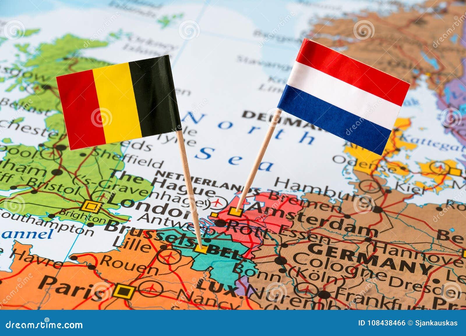 Bandiere dei Paesi Bassi e del Belgio sulla mappa
