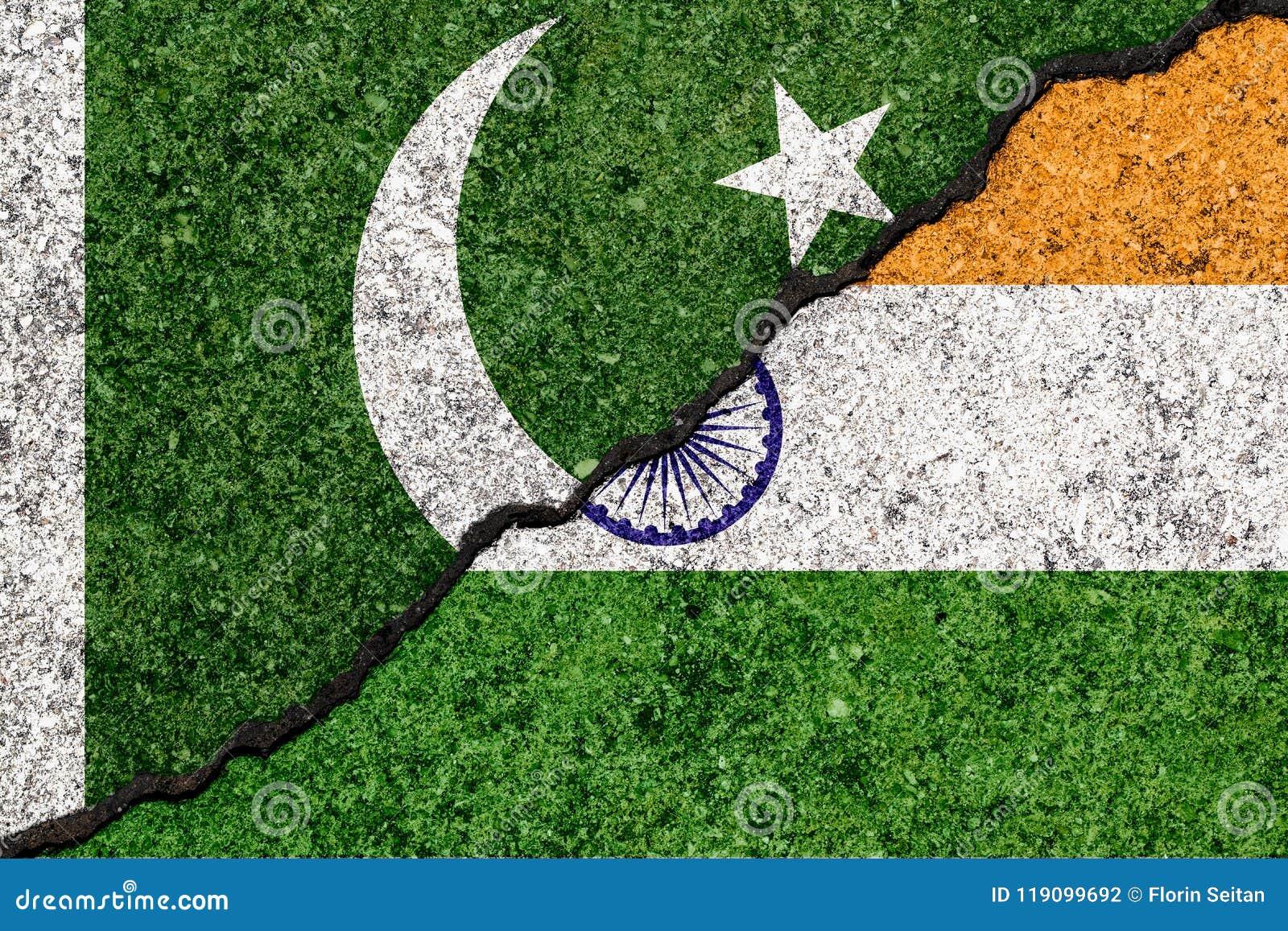 Bandiere dell India e del Pakistan dipinti sul fondo incrinato della parete