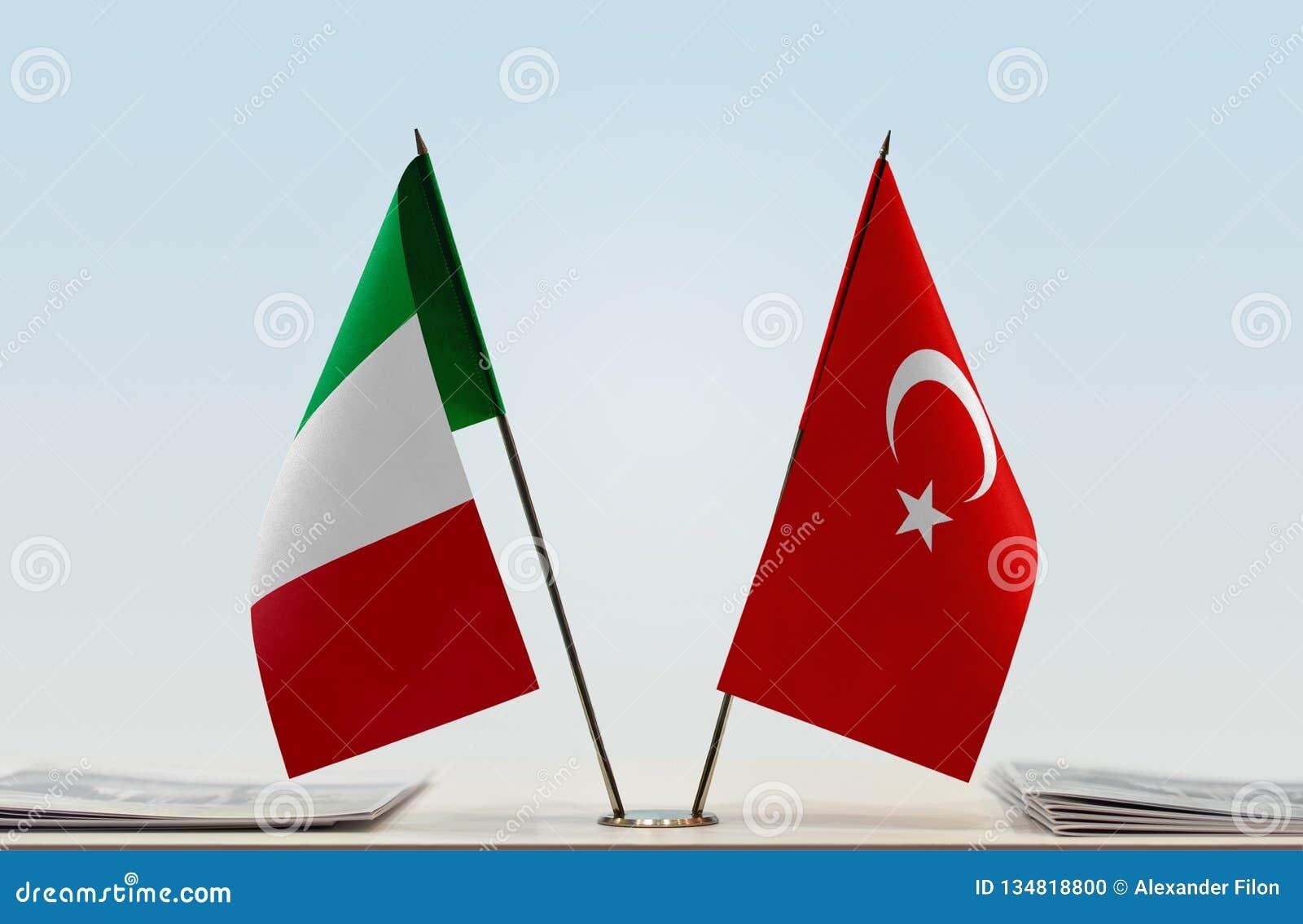 Bandiere Dell'Italia E Di Turchia Fotografia Stock - Immagine di  convenzione, alleanza: 134818800
